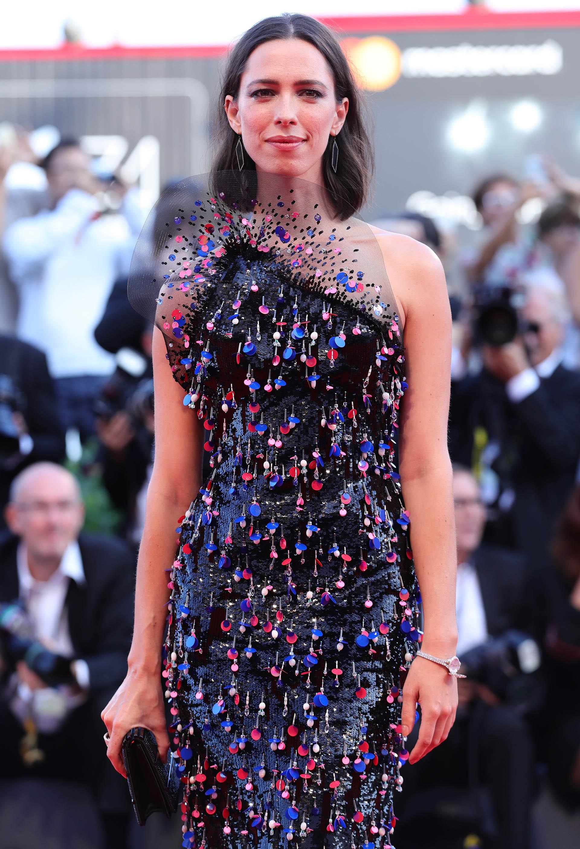 Rebecca Hall -miembro del jurado del festival- enfundada en una majestuosa joya de Armani Privé (Vittorio Zunino Celotto/Getty Images)