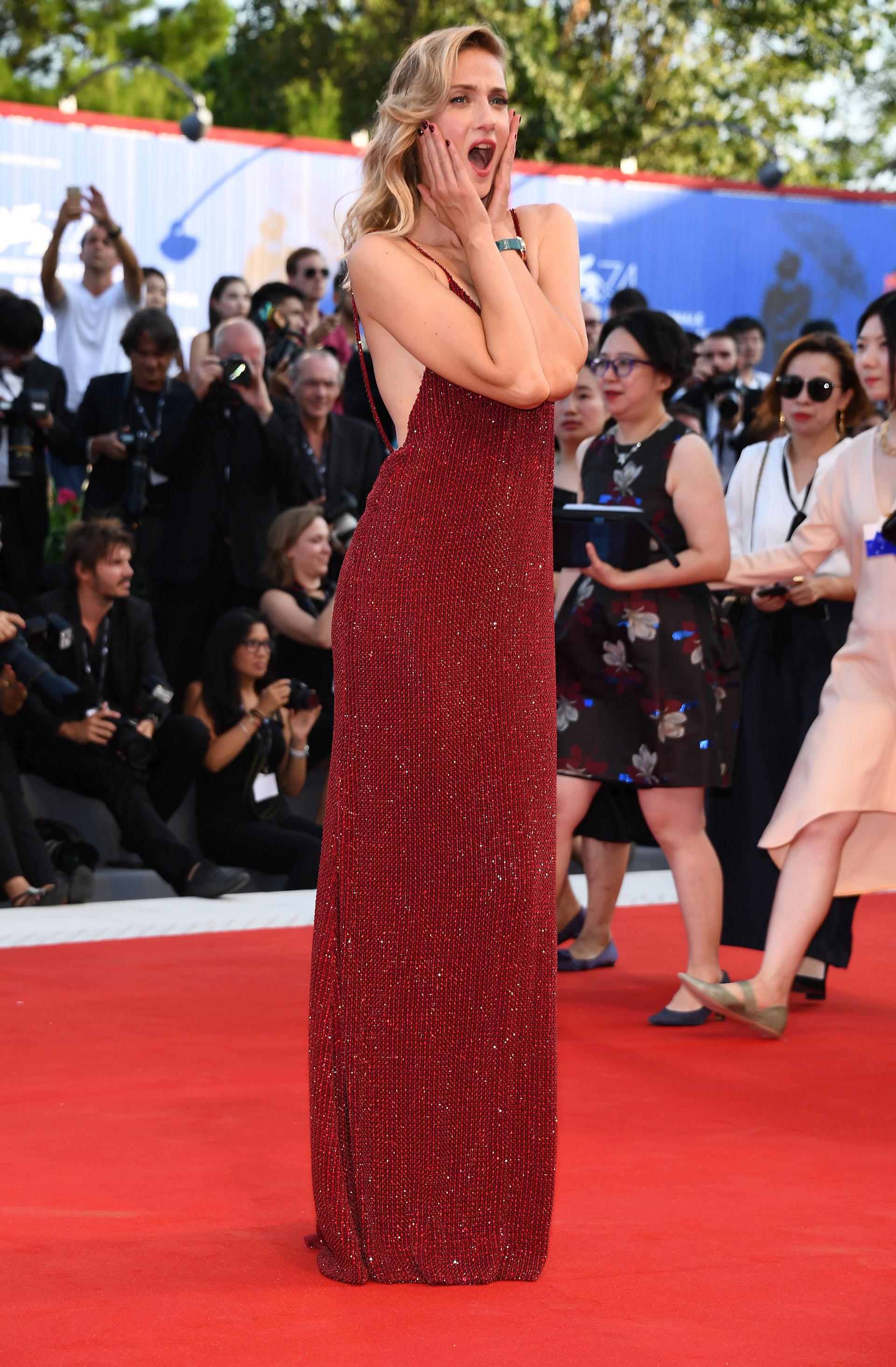 La hermosa modelo Eva Riccobon se inclinó por una estética sexy en tono bordó salpicada de lentejuelas (Pascal Le Segretain/Getty Images for Jaeger-LeCoultre)