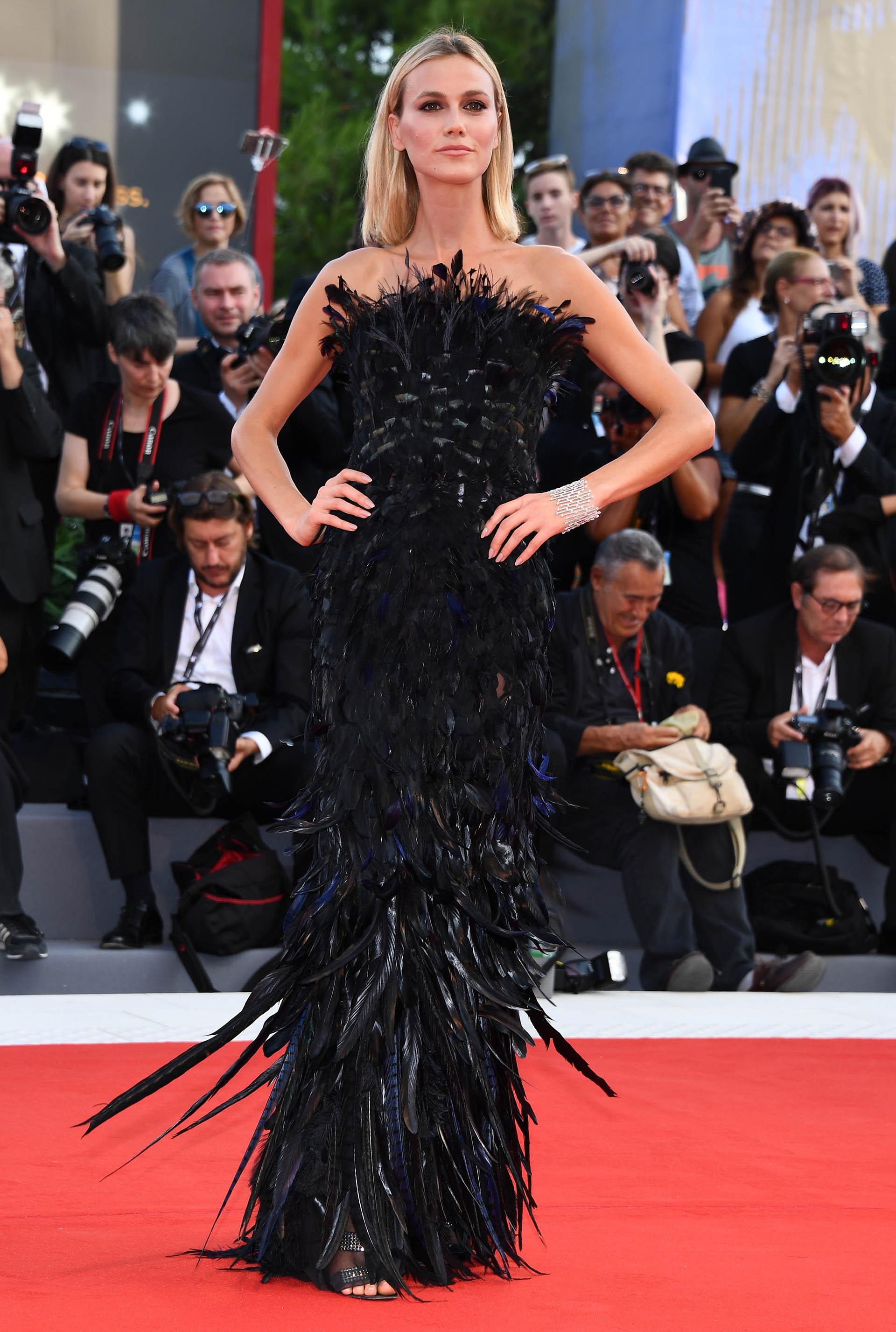La modelo brasileña Renata Kuerten apostó por un elaborado vestido negro de plumas de la firma Alberta Ferretti (Pascal Le Segretain/Getty Images)