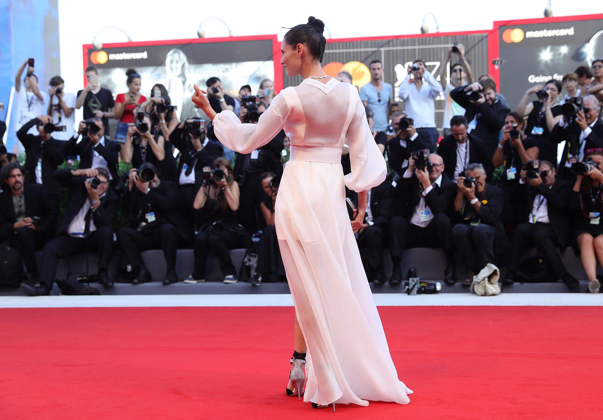 Los detalles de su look: la espalda con transparencias y sus mangas de volados (Vittorio Zunino Celotto/Getty Images)