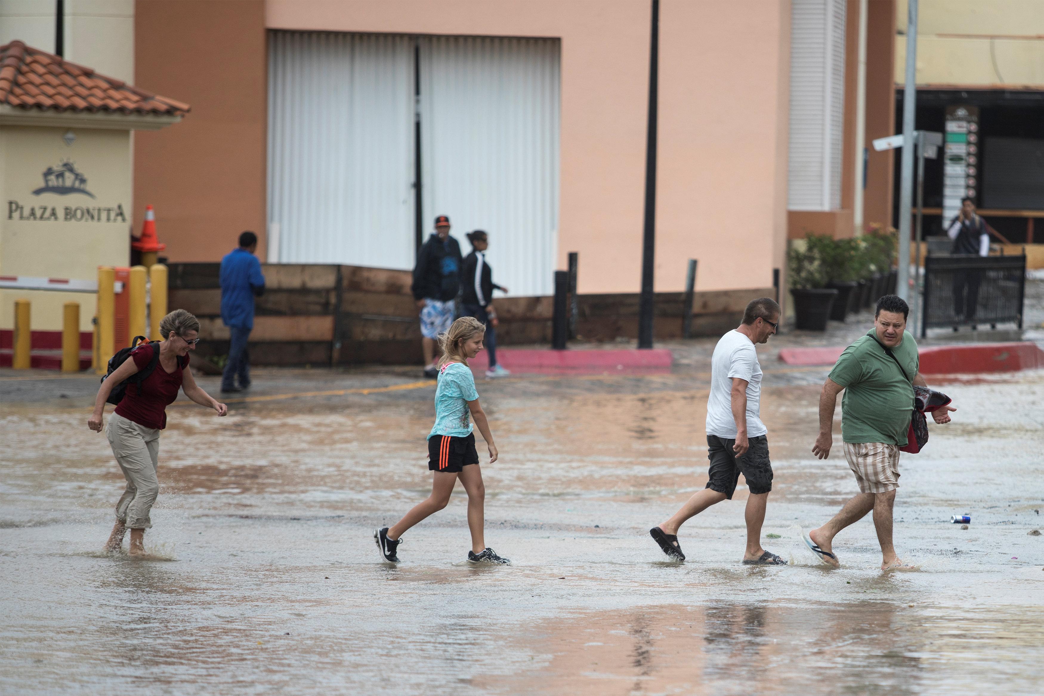 Turistas enLos Cabos, Mexico (Reuters)