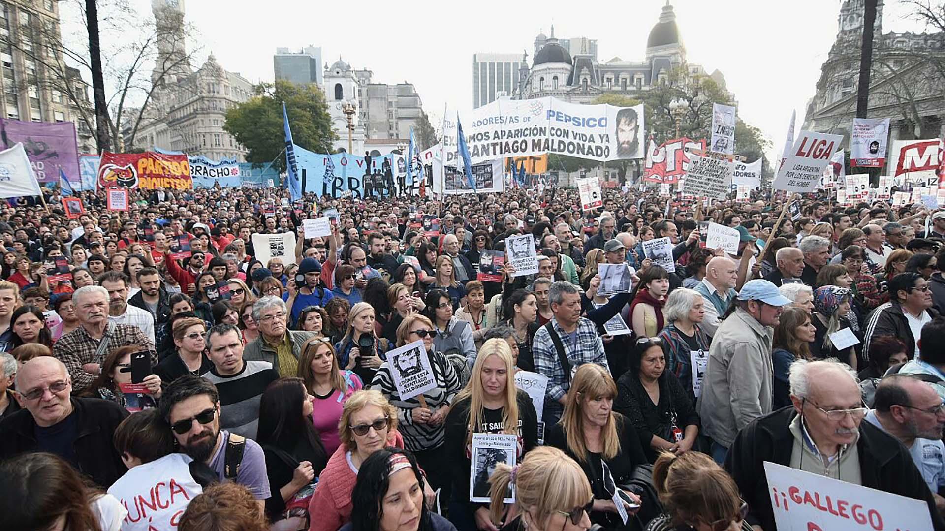 Los manifestantes en Plaza de Mayo (Nicolás Stulberg)