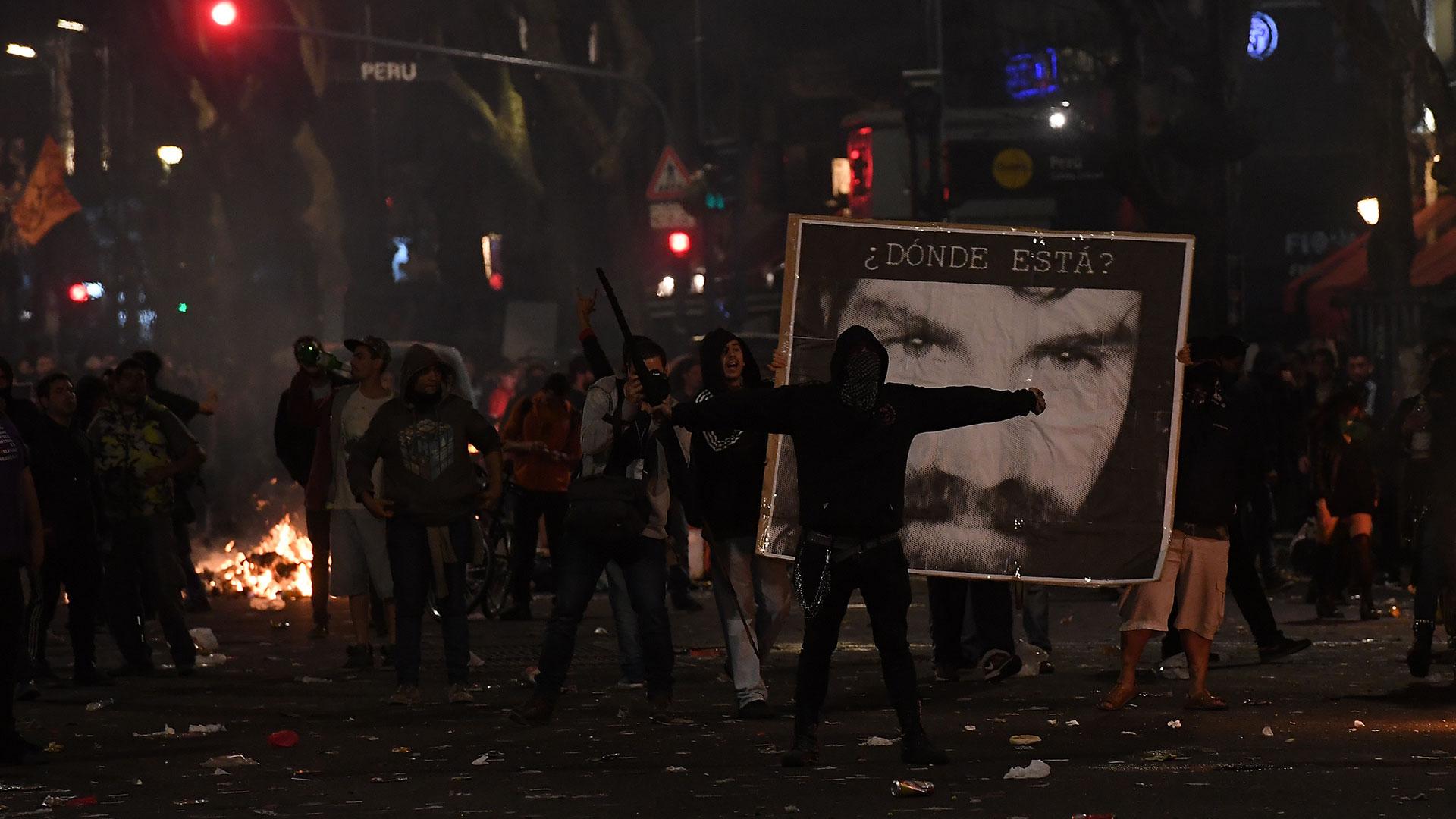 Incidentes y detenidos en el centro tras la marcha por Santiago Maldonado (Télam)