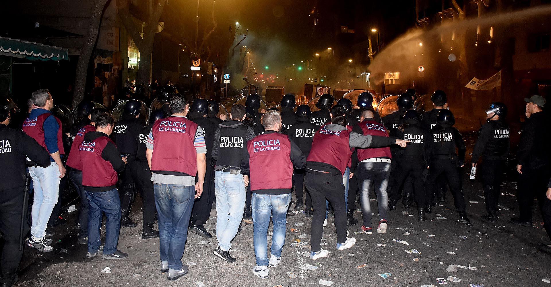 Los manifestantes se enfrentaron con la Policía de la Ciudad