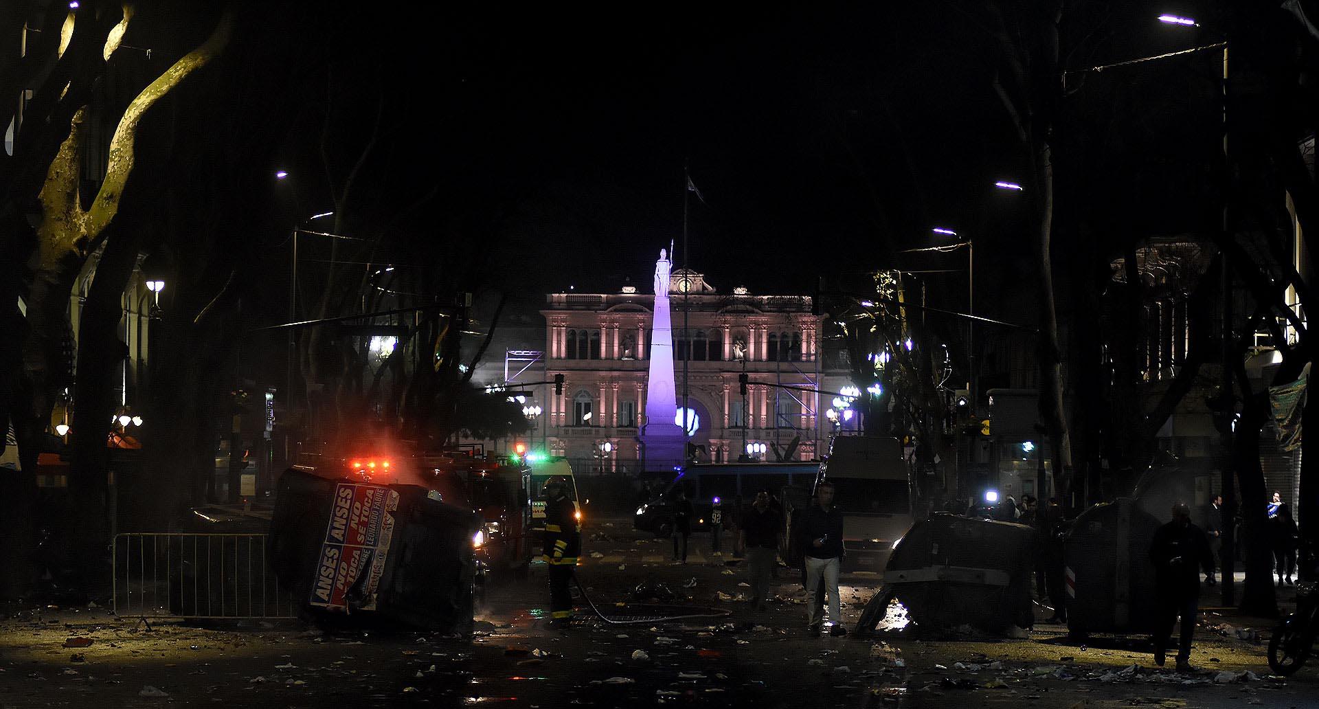 Destrozos y suciedad en las inmediaciones de Plaza de Mayo tras la marcha por Santiago Maldonado