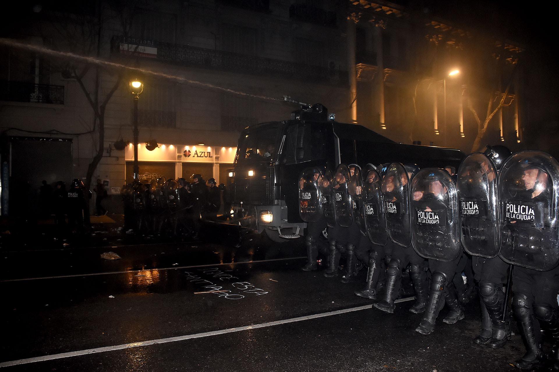 Nueve policías sufrieron heridas