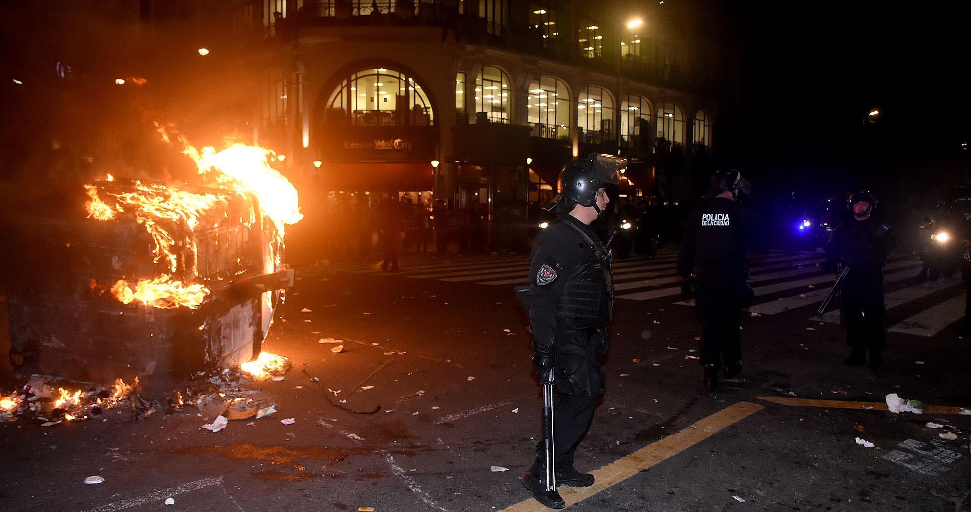 Los manifestantes prendieron fuego numerosos containers de basura
