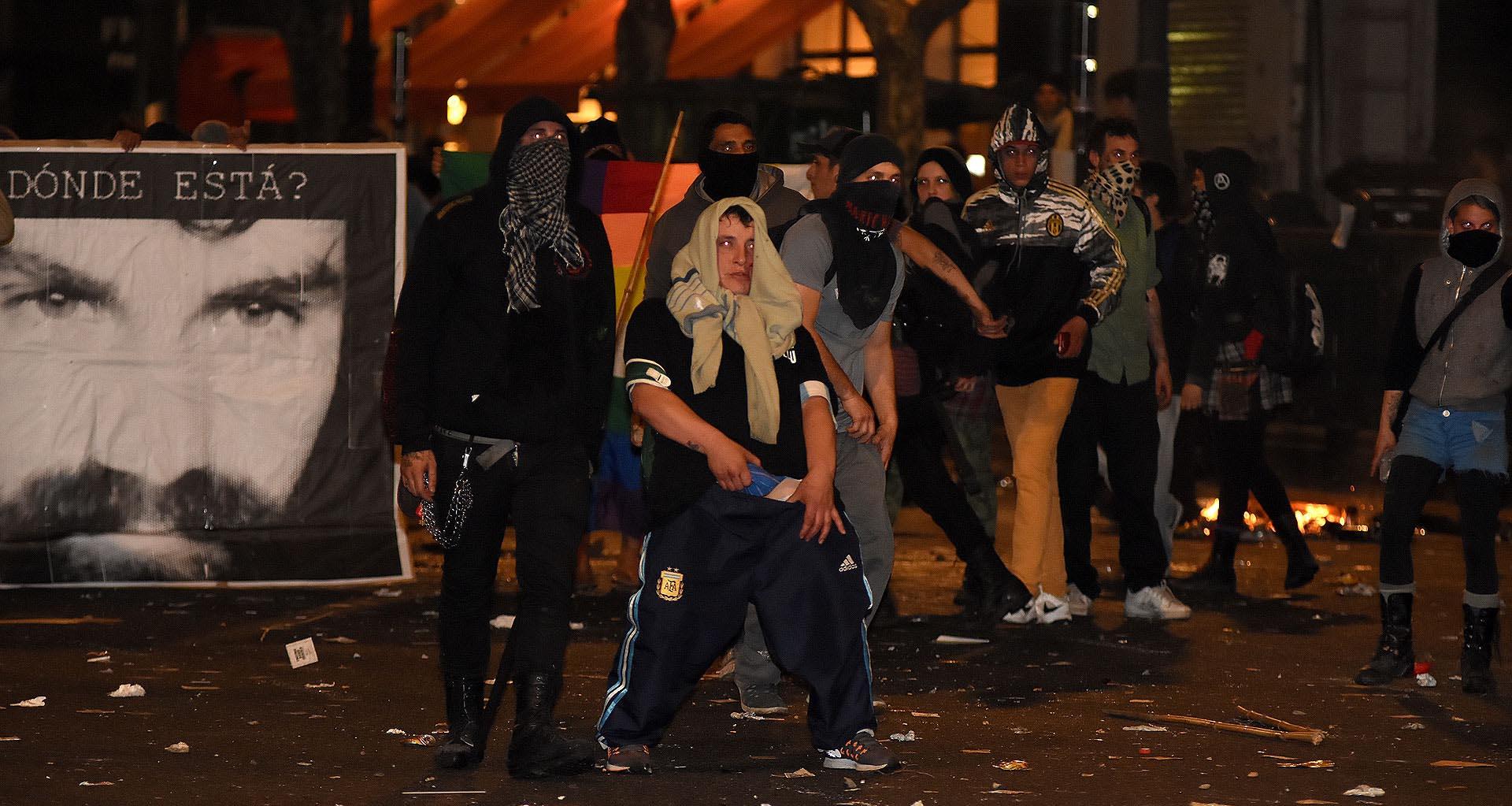 Numerosos manifestantes encapuchados se enfrentaron con la policía