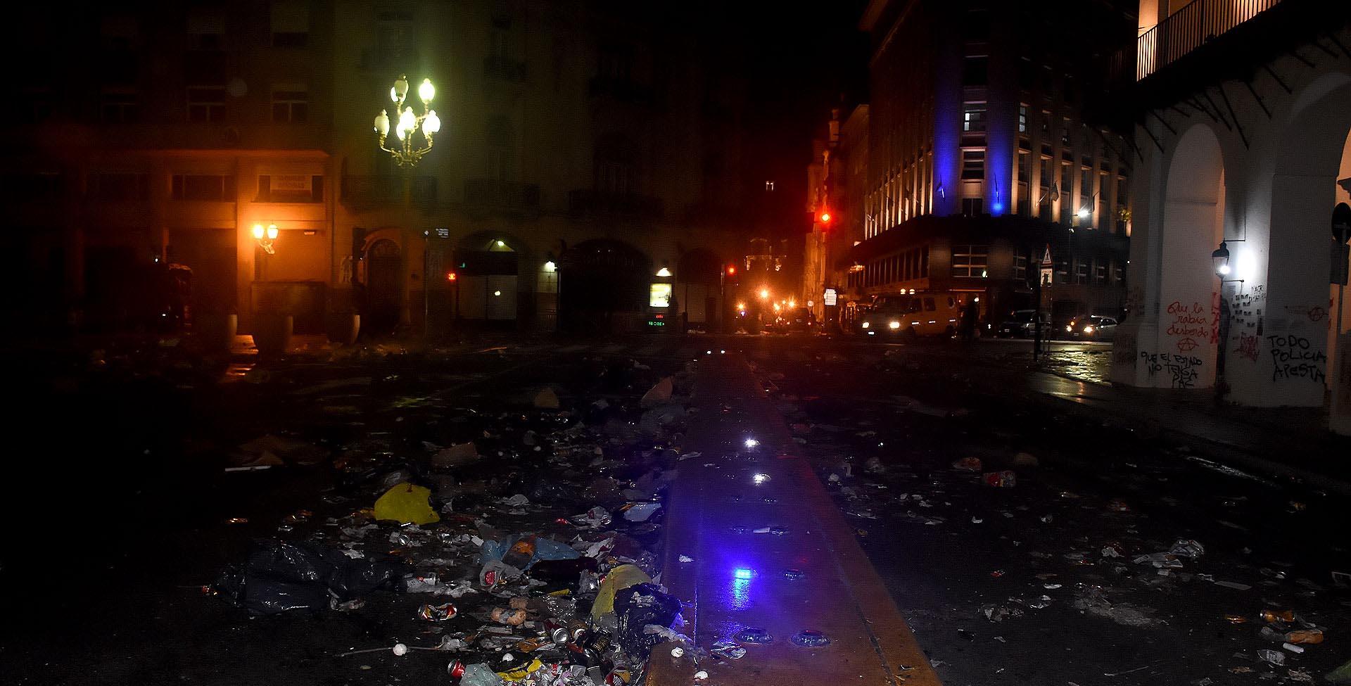 Las inmediaciones de la Plaza de Mayo, repleta de basura y destrozos