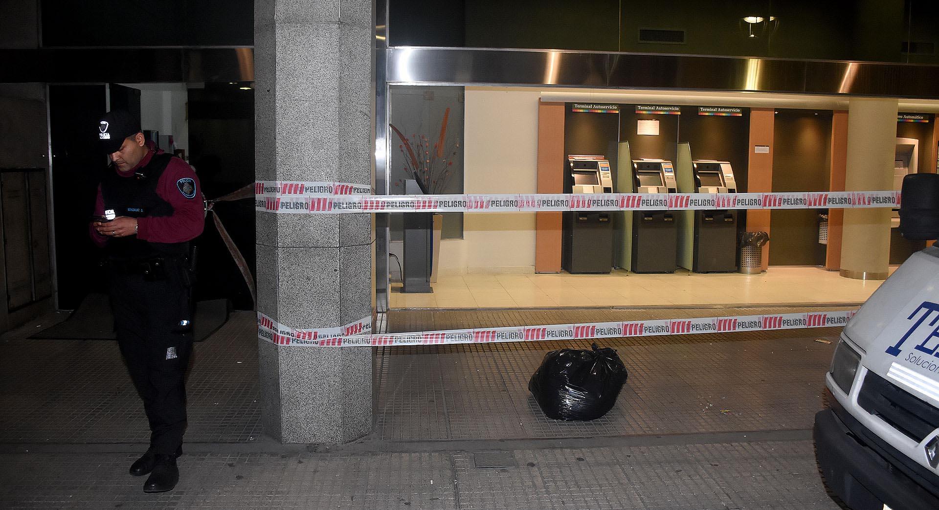 Manifestantes dañaron el Banco Credicoop