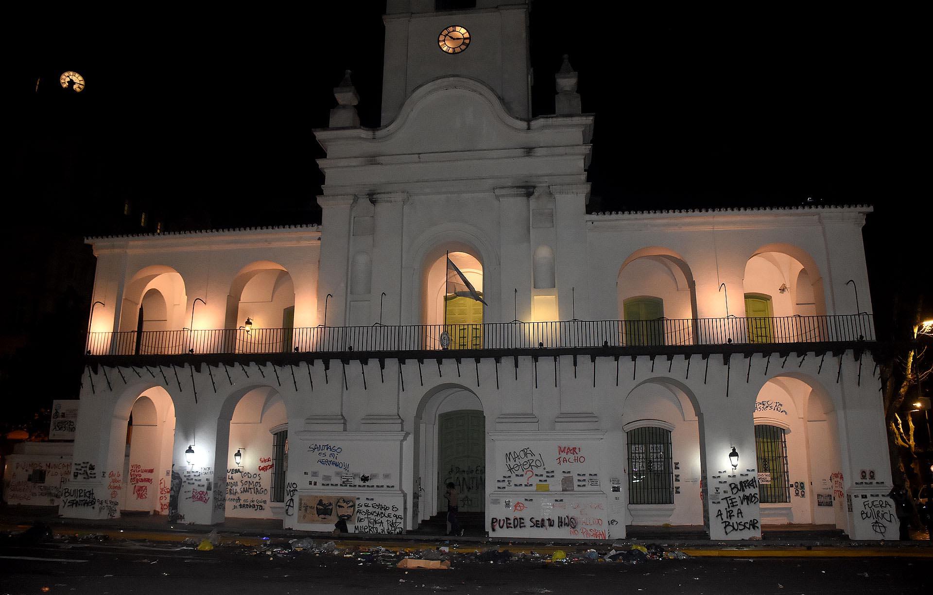 La fachada completa del Cabildo, arruinada tras la marcha por Santiago Maldonado