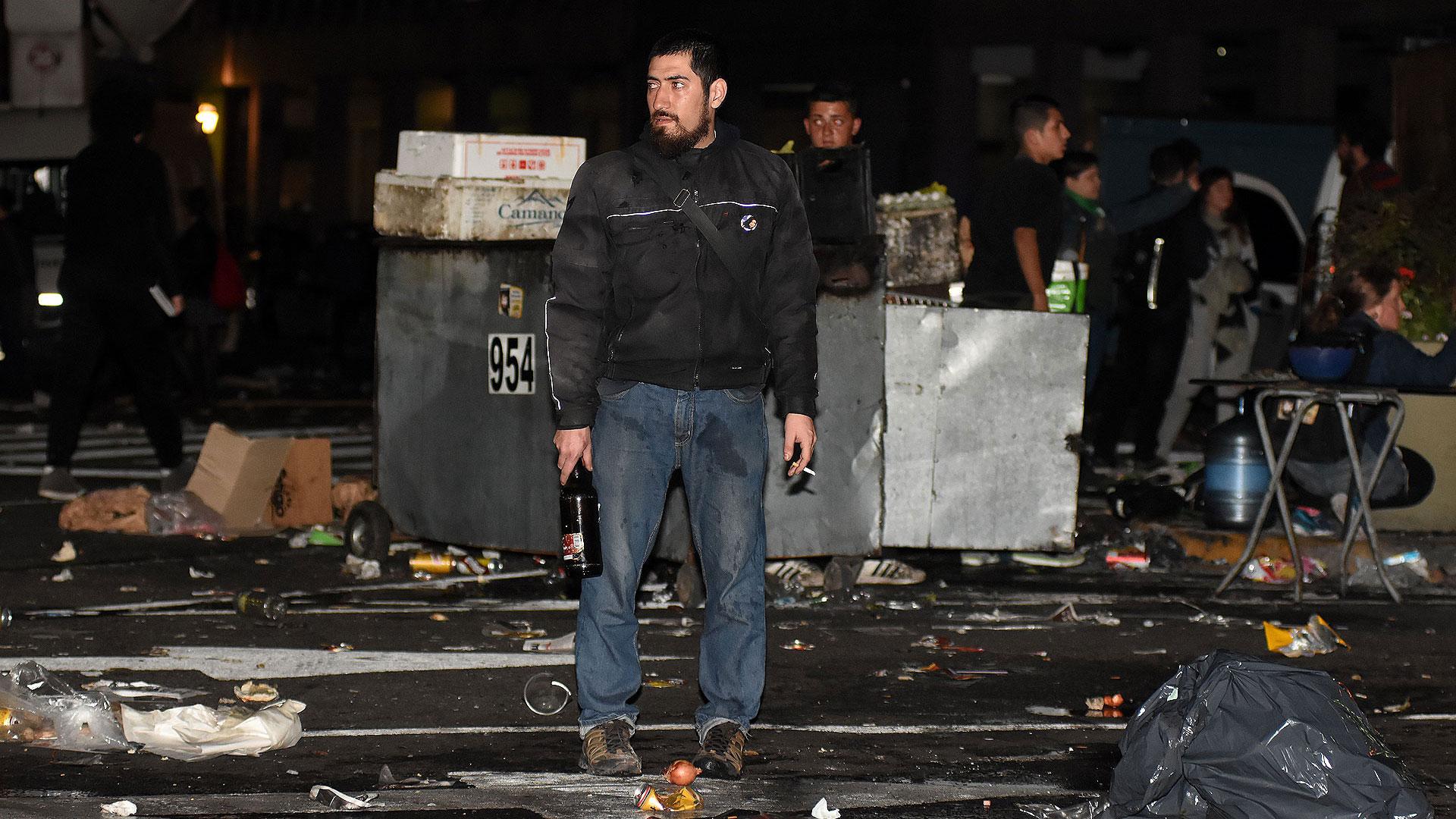 Los ataques incluyeron bombas molotov, botellazos y quema de containers