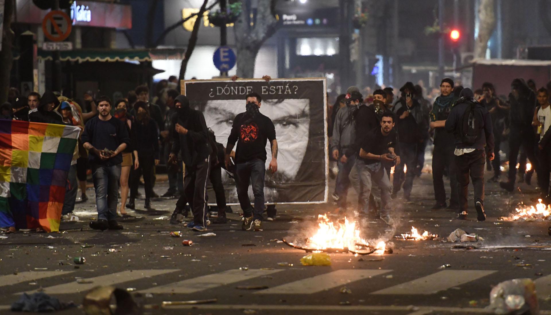 Fuego y destrozos generados por los manifestantes en el centro porteño durante la marcha por Santiago Maldonado