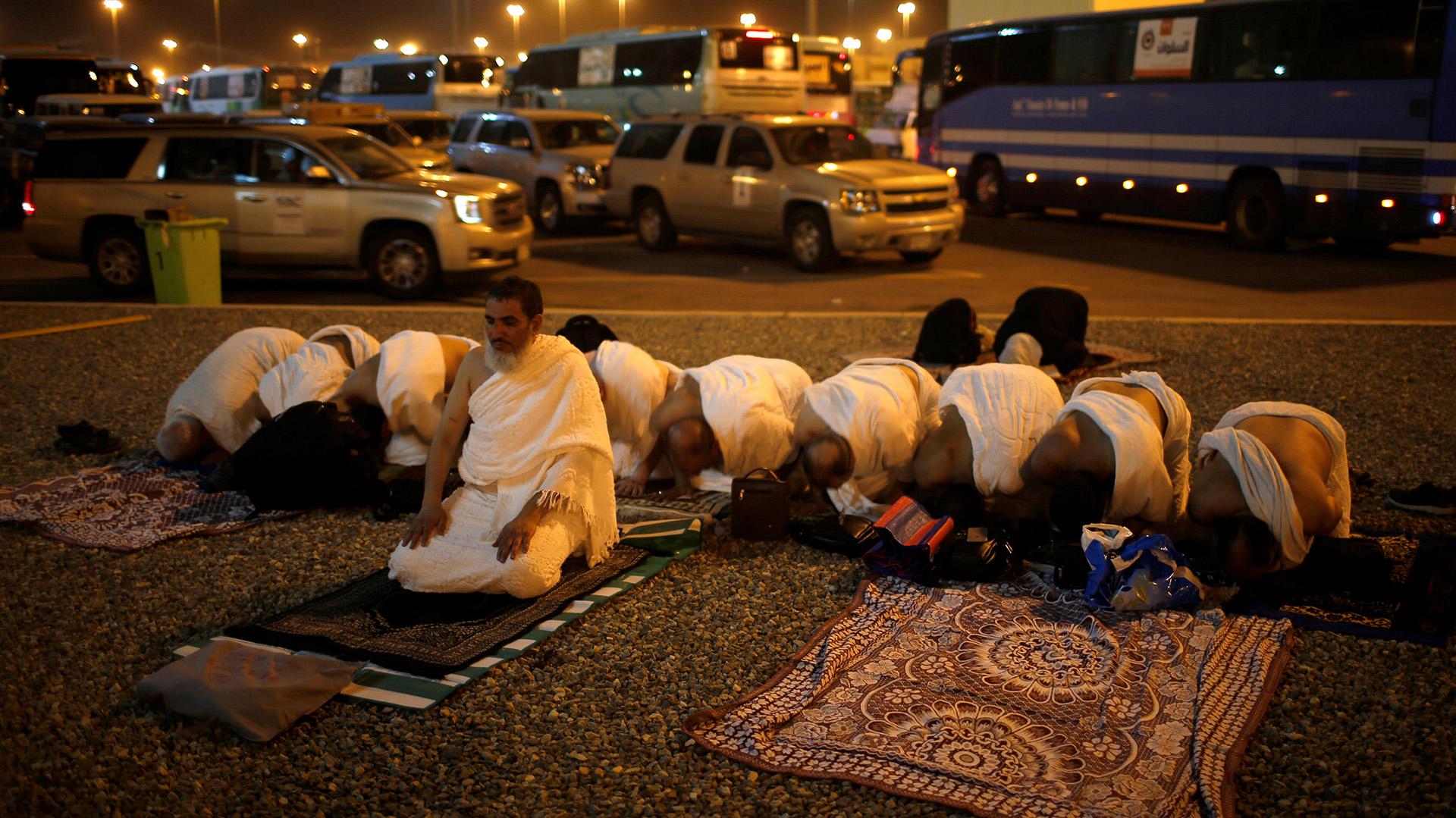 Peregrinos musulmanes rezando en las afueras de la ciudad sagrada de La Meca (REUTERS/Suhaib Salem)