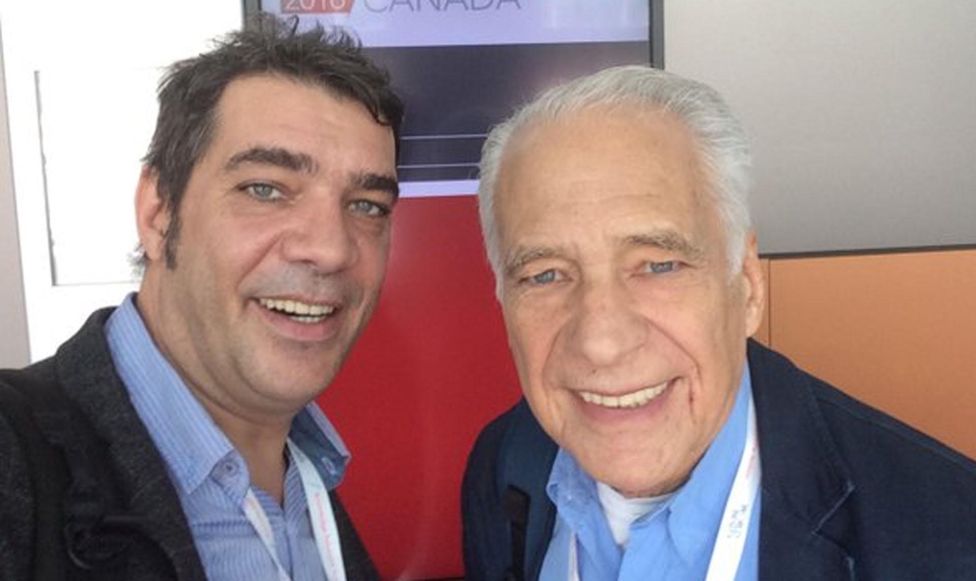 El doctor junto a su hijo Adrián, quien siguió su camino en la medicina y la comunicación