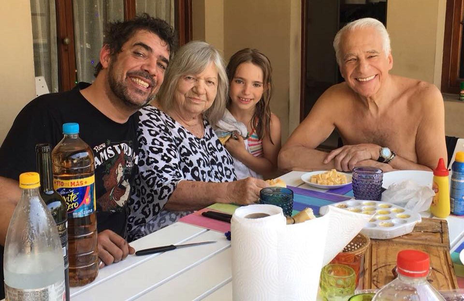 Una postal familiar junto a Monika, la madre de sus hijos -fallecida el año pasado-, y una de sus nietas