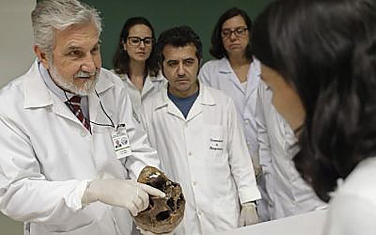 El Doctor Muniz muestra la calavera de Josef Mengele en la Universidad de San Pablo el 7 de diciembre de 2016 (AP)