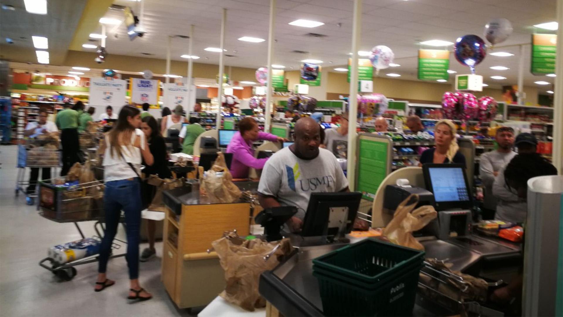 Largas colas en los supermercados de Miami, ante la posible llegada de Irma