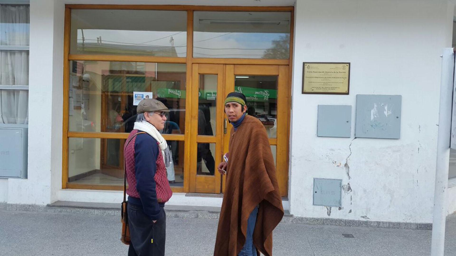 Matías Santana (der.), uno de los testigos mapuches (FM del lago – Esquel)