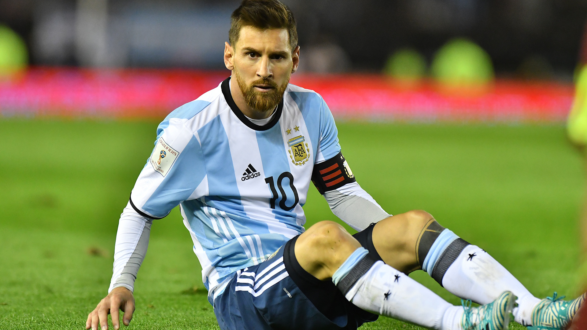 Lionel Messi intentó pero sufrió la faltasociedad en el ataque