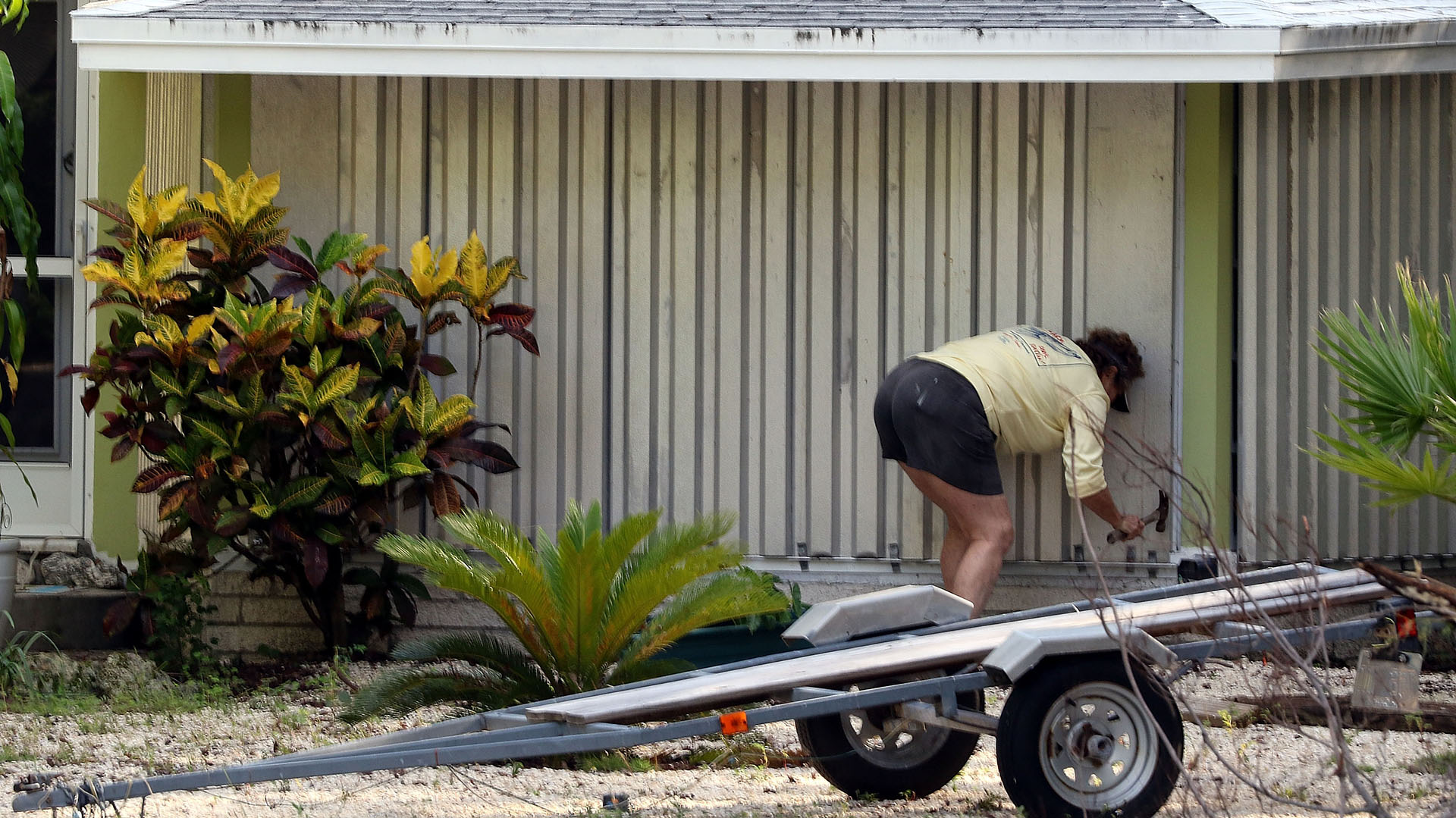 Una mujer asegura el frente de su casa ante la llegada de Irma, eIslamorada, Florida.