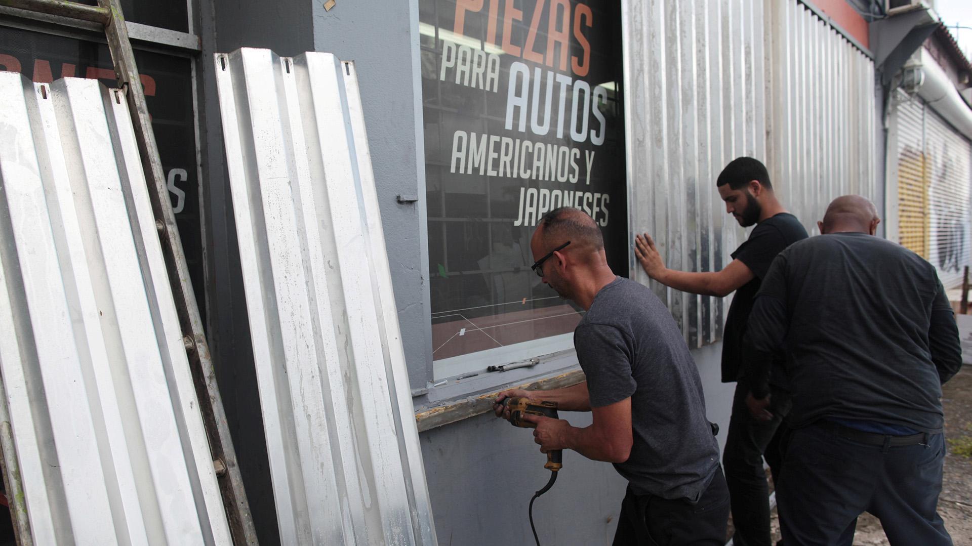 Cubren con chapas los escaparates de una tienda de repuestos de automóviles en San Juan, Puerto Rico