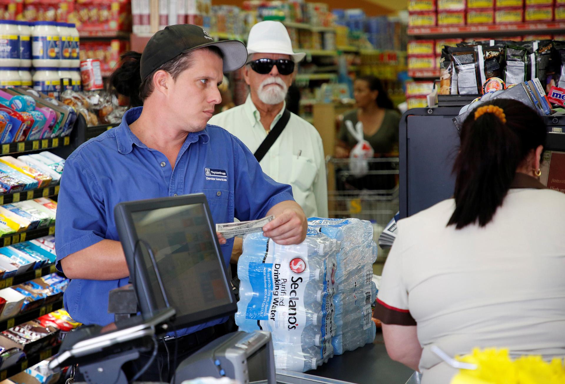 Los residentes de Miami compran agua y alimentos enlatados ante la llegada del huracán Irma