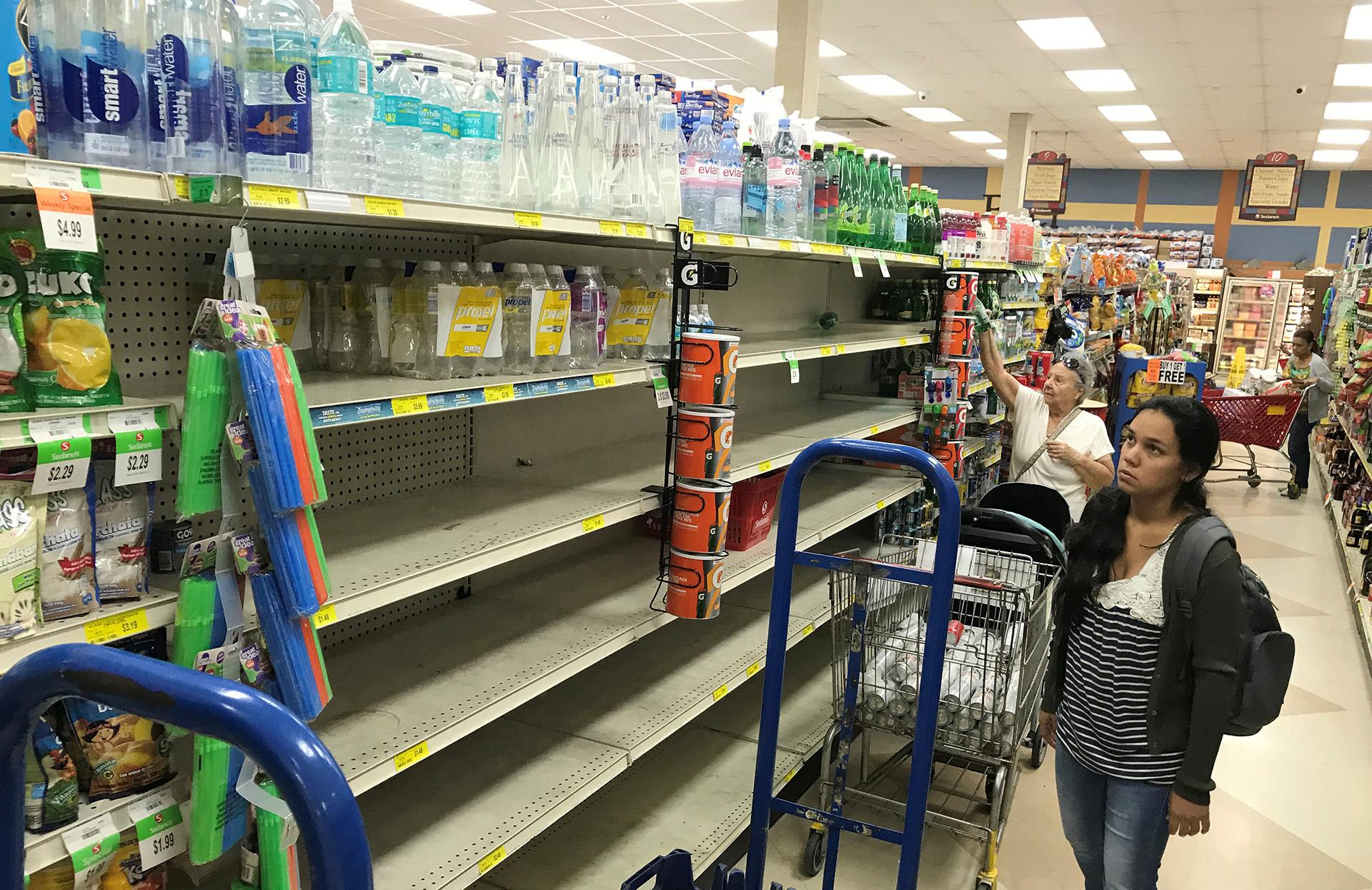 Las góndolas comienzan a etsar vacías en slos supermercados de Miami, en el barrio de Little Havana