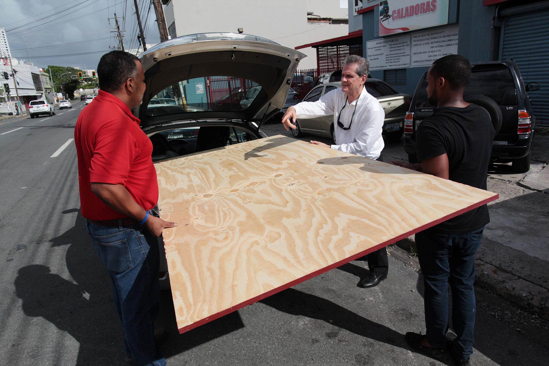 La gente compra materiales para estar preparados ante la inminente llegada de Irma, en Bayamon, Puerto Rico