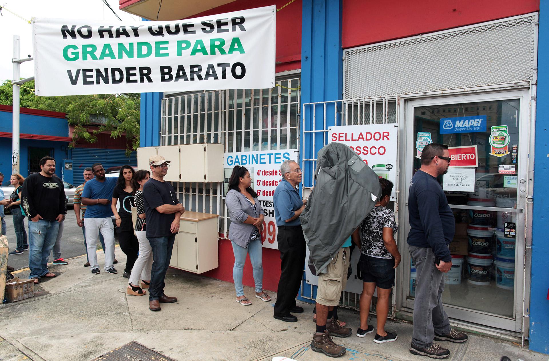Colas para comprar herramientas, en Bayamon, Puerto Rico