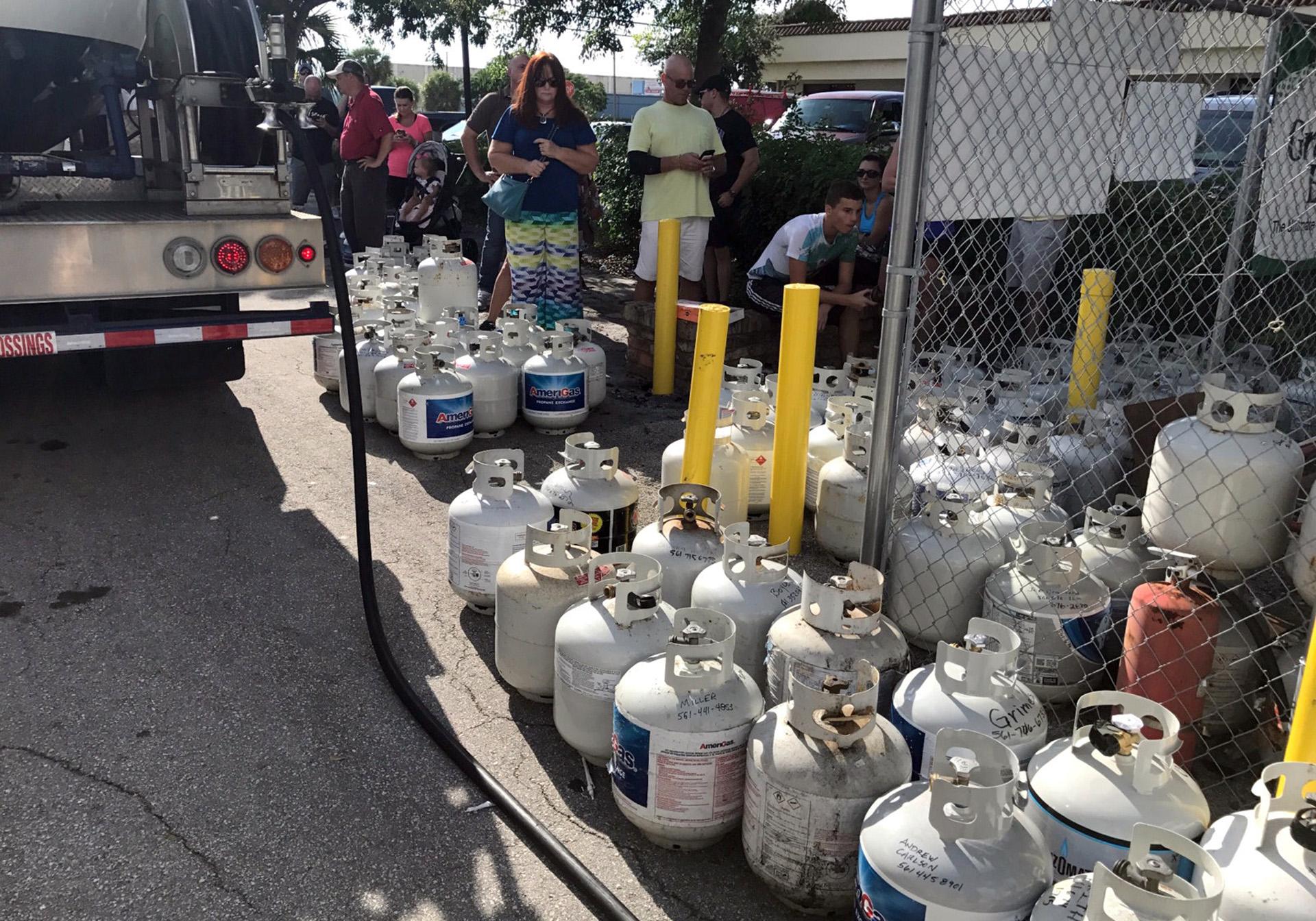 Como preparación por la llegada del huracán Irma, residentes de Boca Raton, en Florida, esperan para comprar bombonas de gas