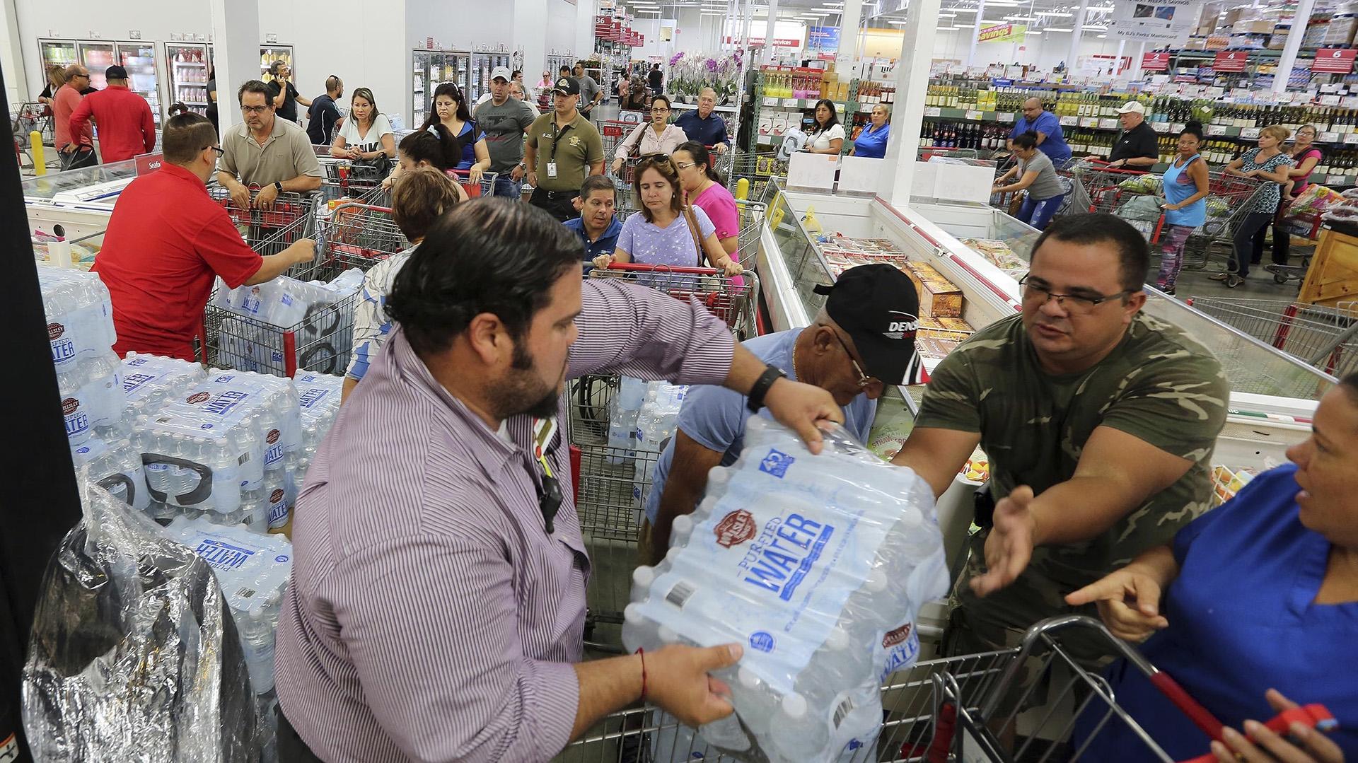Residentes de Miami compran agua y alimentos para estar preparados ante la posible llega del huracán Irma, que ya es categoría 5