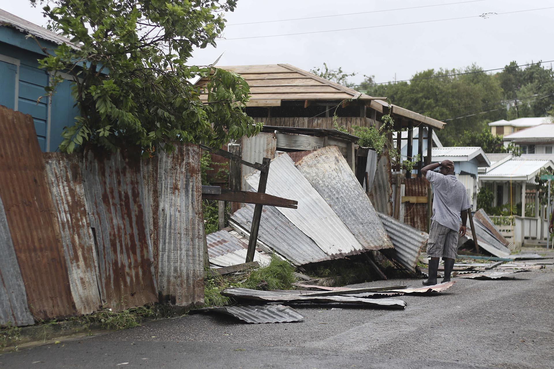 Un hombre observa los daños en St. John's, Antigua y Barbuda (AP)