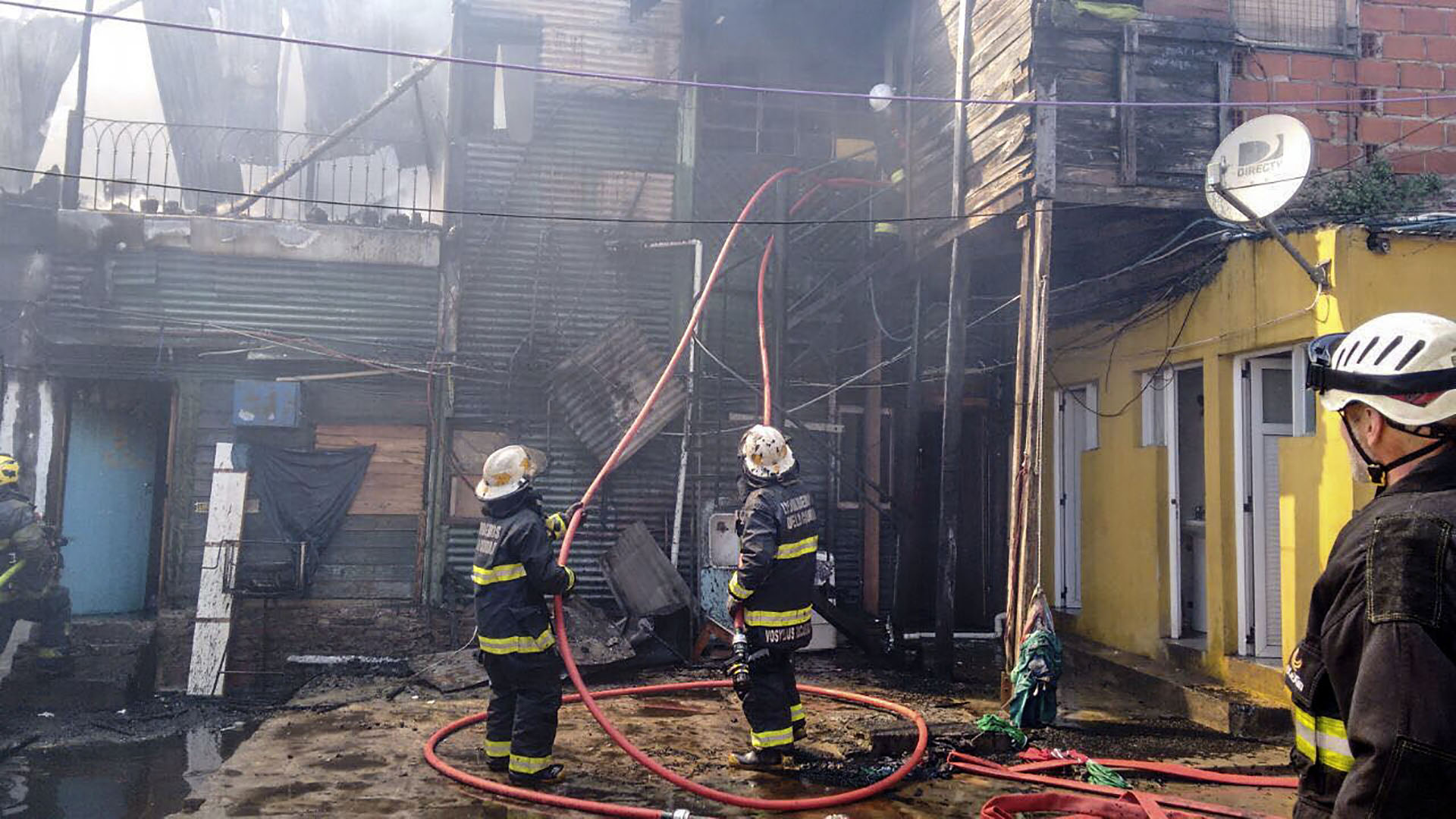 Un incendio se originó este mediodía en un conventillo del barrio porteño de La Boca, donde se produjeron importantes daños materiales, y varias familias debieron ser evacuadas (NA)