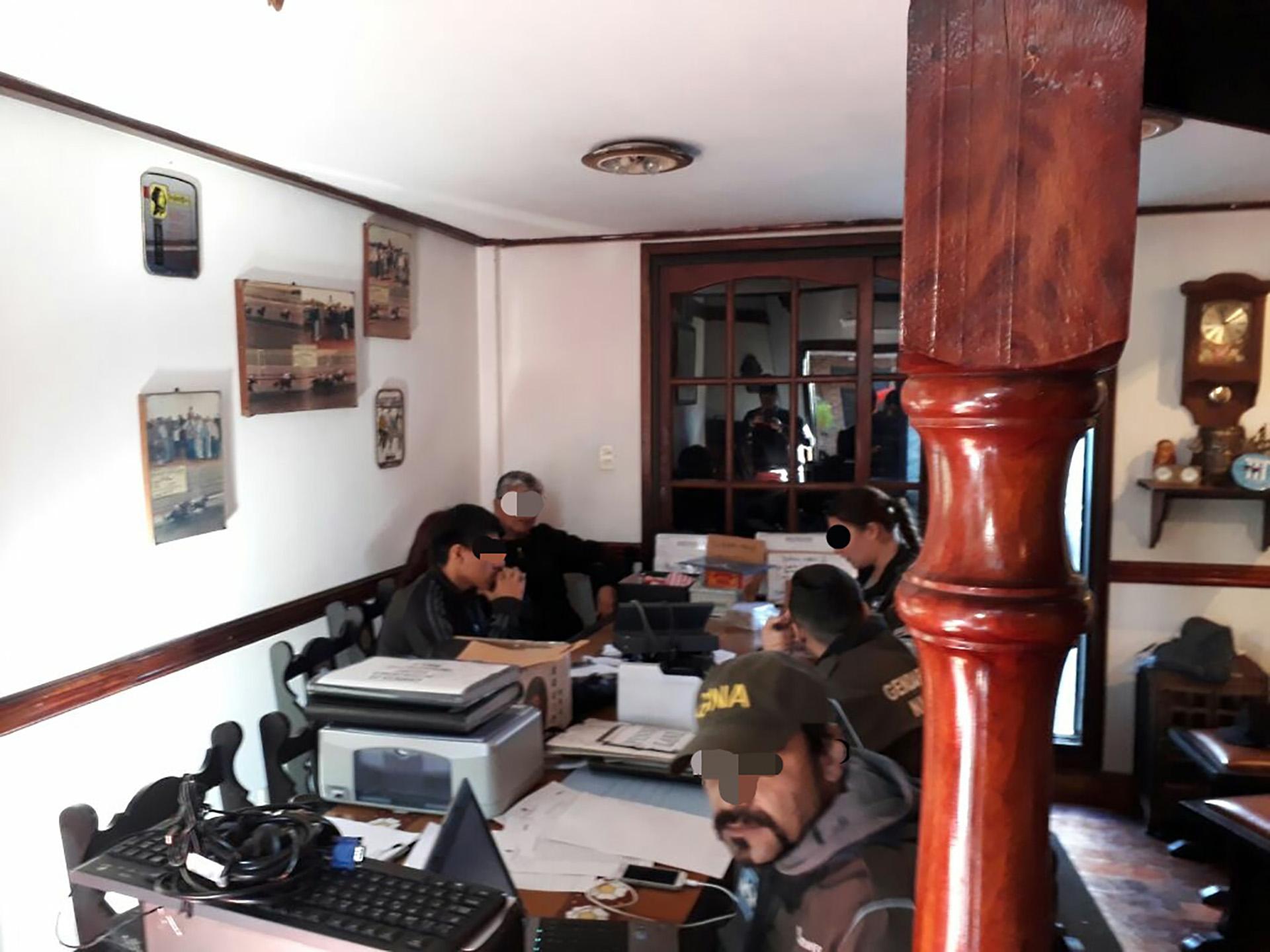 """Una banda dedicada al juego clandestino, cuyo líder era el zar """"José Gil"""" y que operaba en la zona sur del conurbano (con ramificaciones en la CABA), fue desbaratada en las últimas horas por la Policía de la Provincia de Buenos Aires tras una ardua investigación que culminó con 56 detenidos y el secuestro de sumas millonarias incluyendo pesos, dólares y otras monedas extranjeras (NA)"""