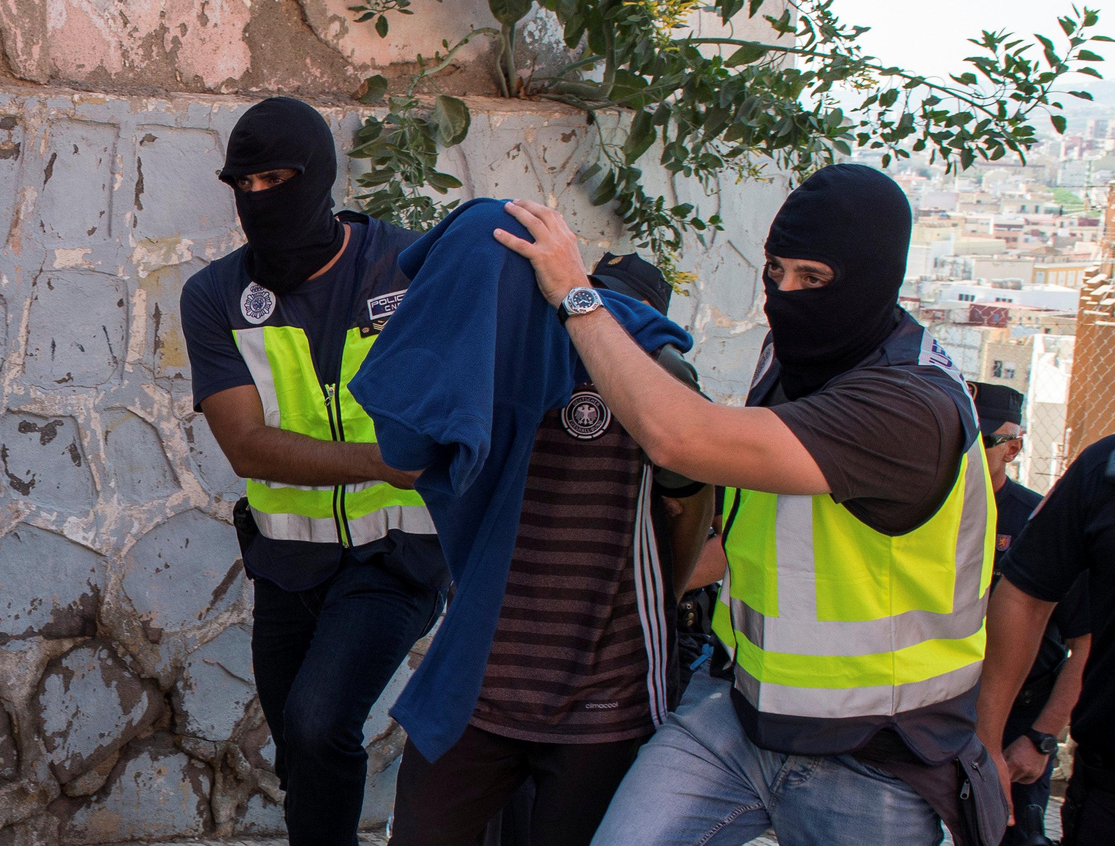 La detención de uno de los sospechosos (REUTERS)