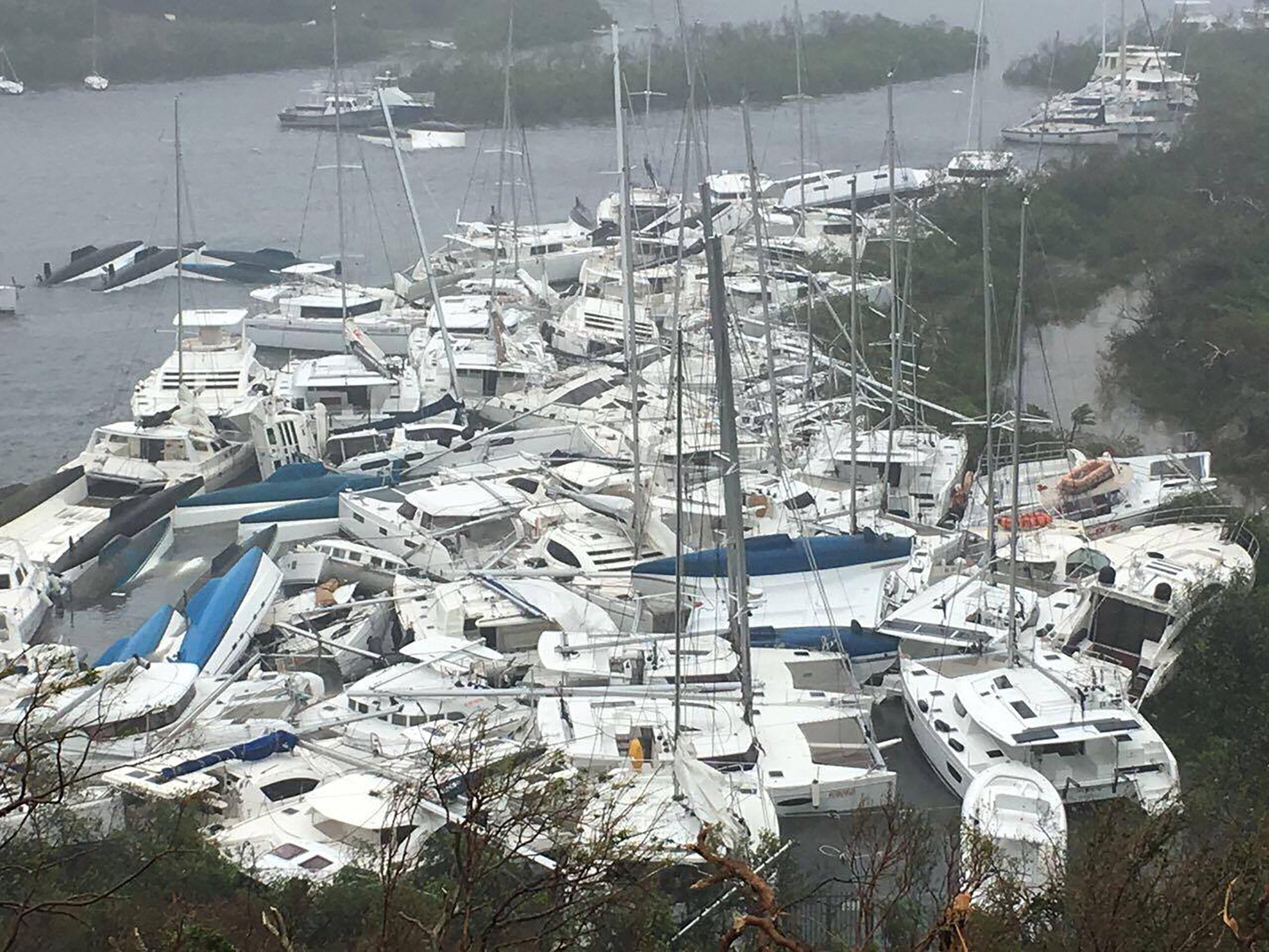 Barcos amontonados enParaquita Bay enTortola, en las islas Vírgenes Británicas (Gentileza Ron Gurney/via REUTERS)