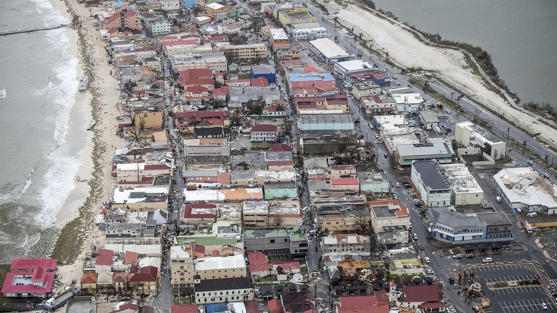 Fotografía facilitada por el Departamento de Defensa de Holanda que muestra una vista aérea de los daños causados por el huracán Irma a su paso por Philipsburg, en la isla de San Martín (EFE)