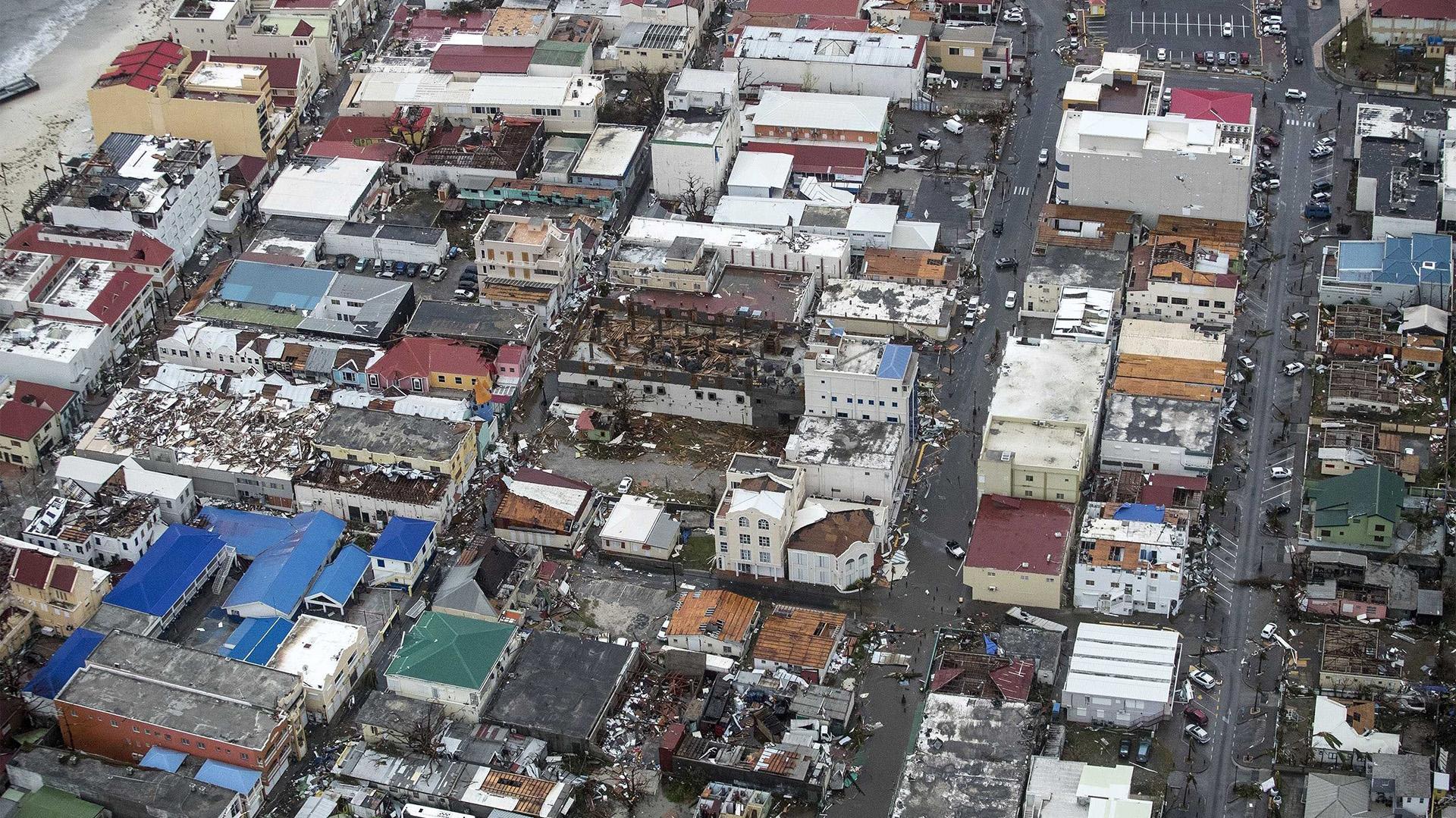 Fotografía facilitada por el Departamento de Defensa de Holanda que muestra una vista aérea de los daños causados por el huracán Irma a su paso por Philipsburg, en la isla de San Martín, ayer 6 de septiembre de 2017.(EFE)