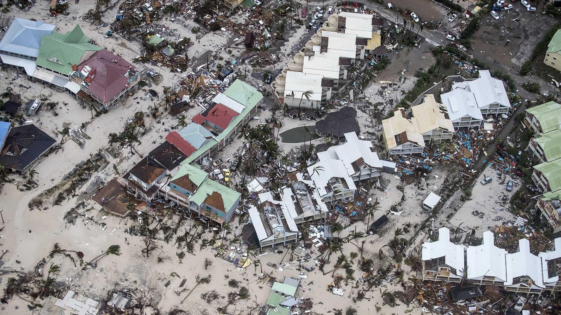 Fotografía facilitada por el Departamento de Defensa de Holanda que muestra una vista aérea de los daños causados por el huracán Irma a su paso por Philipsburg, en la isla de St. Martin, ayer 6 de septiembre de 2017.(EFE)