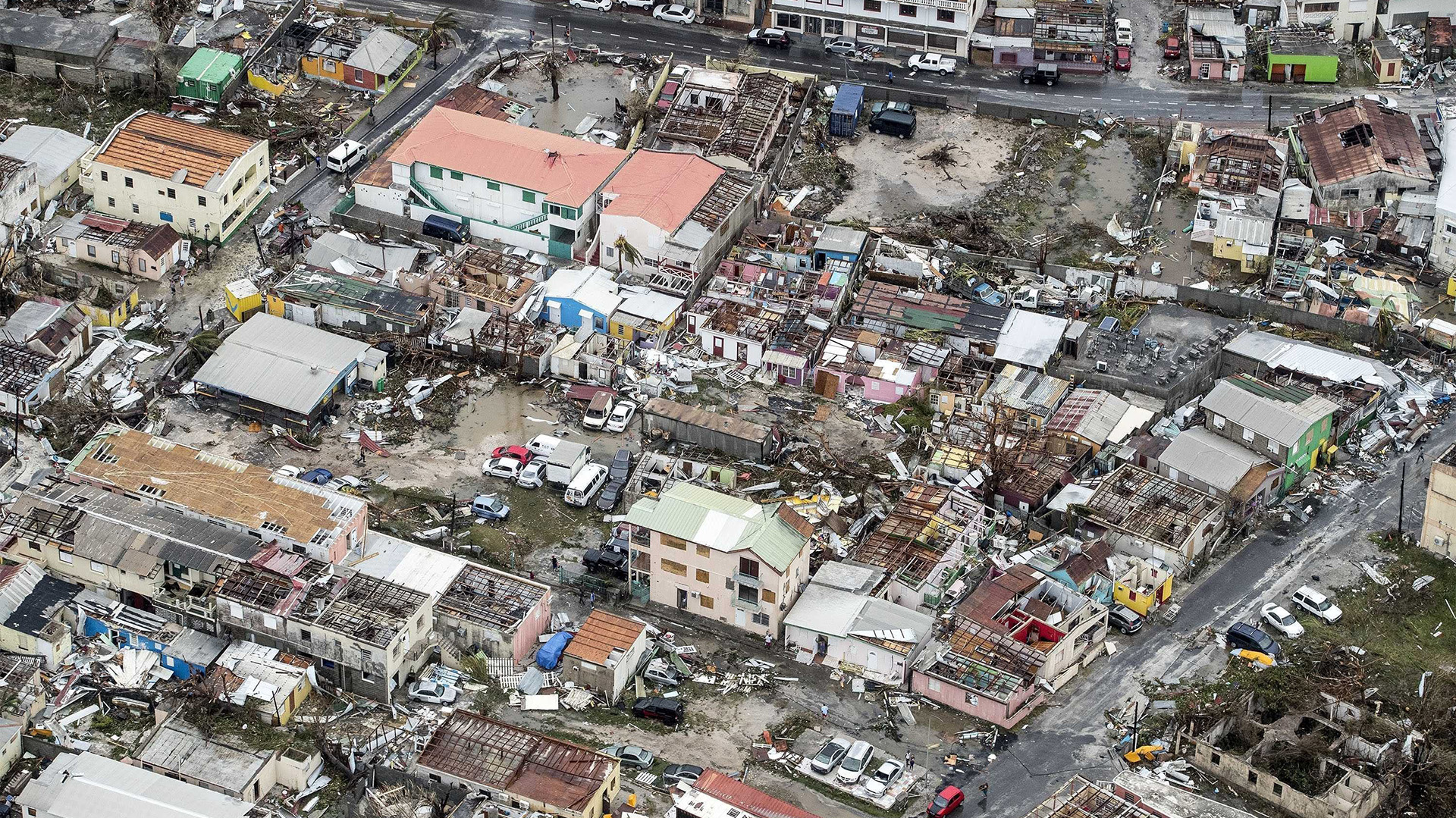 Fotografía facilitada por el Departamento de Defensa de Holanda, que muestra una vista aérea de los daños causados por el huracán Irma a su paso por Philipsburg, en la isla de St. Martin (EFE)
