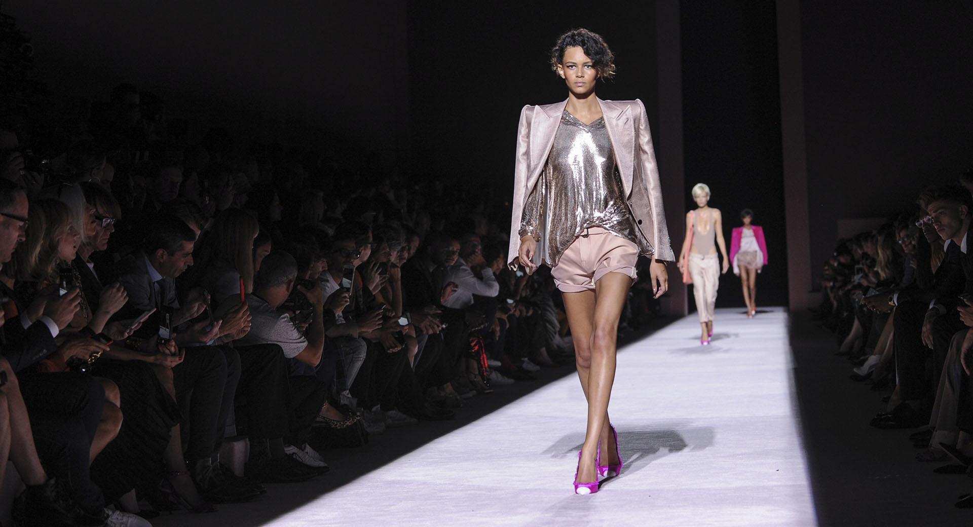 Más metalizados. Blusa en paillettes en plateado combinando con blazer de hombreras en peltre (AP Photo/Diane Bondareff)