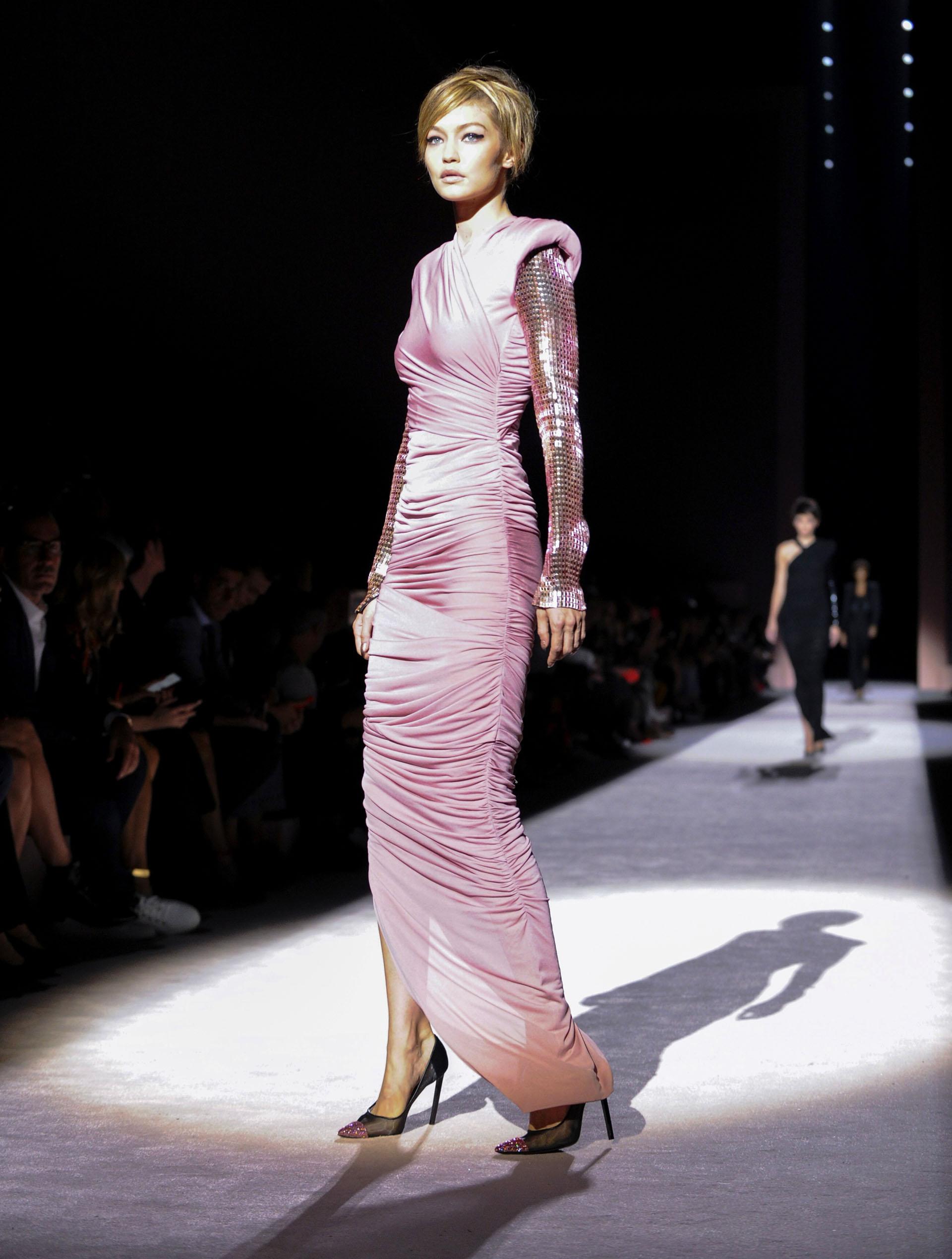 Drapeado, metalizado con mangas de paillettes rosa. Stilettos negro en punta con piedras (AP Photo/Diane Bondareff)
