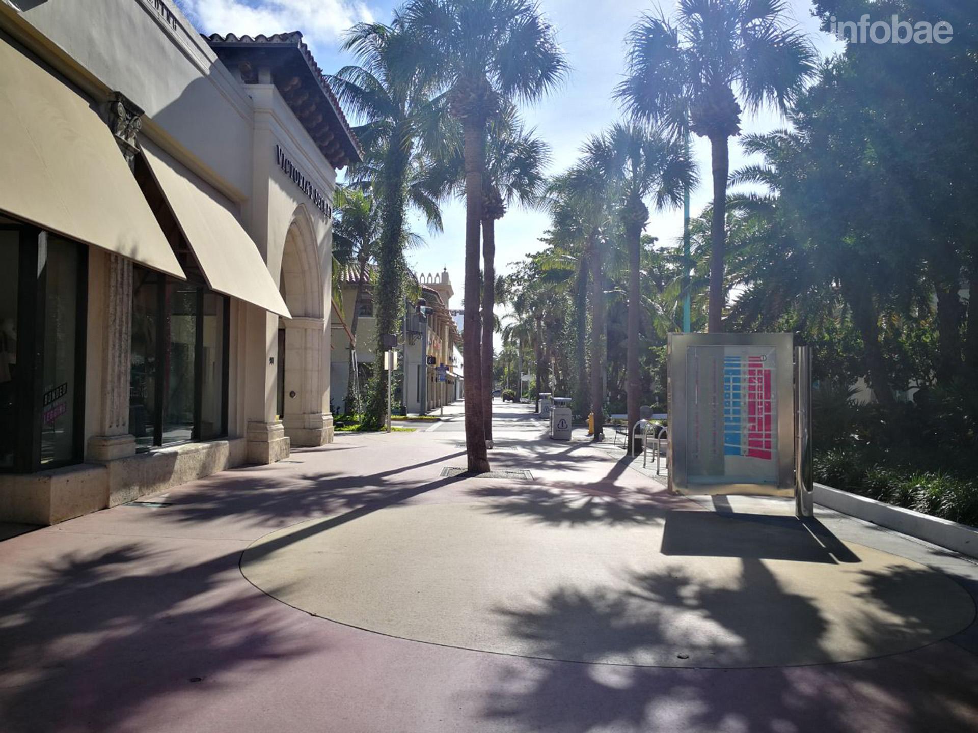 Lincoln Road, desierta. Turistas y habitantes de Miami Beach abandonaron la ciudad (Infobae)