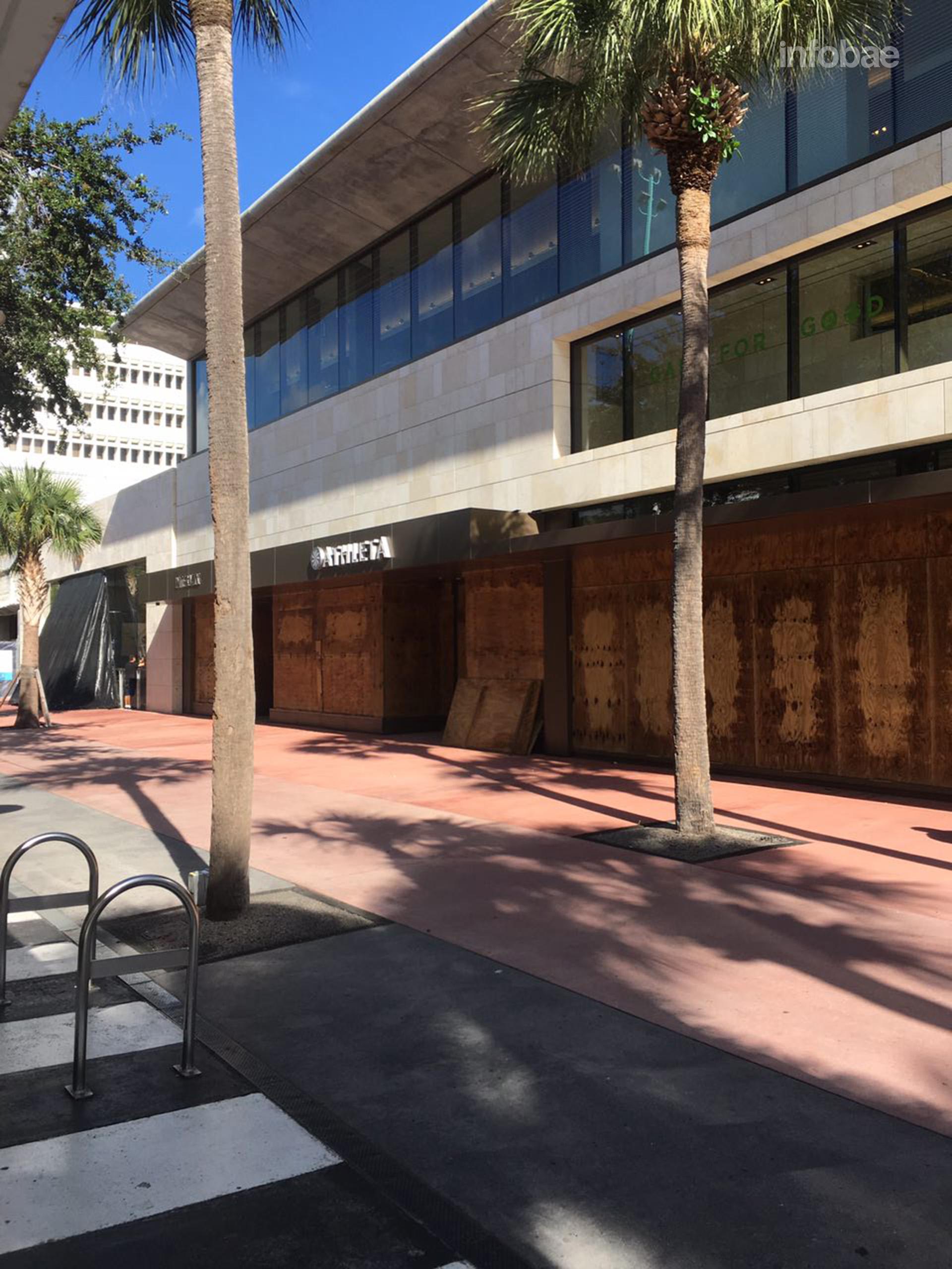 Las empresas colocaron protecciones en puertas y ventanas para evitar que los vientos destruyan sus interiores (Infobae)