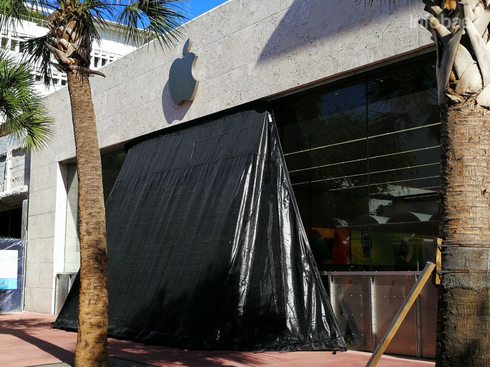 El famoso Apple Store de Miami Beach, preparado para lo peor (Infobae)