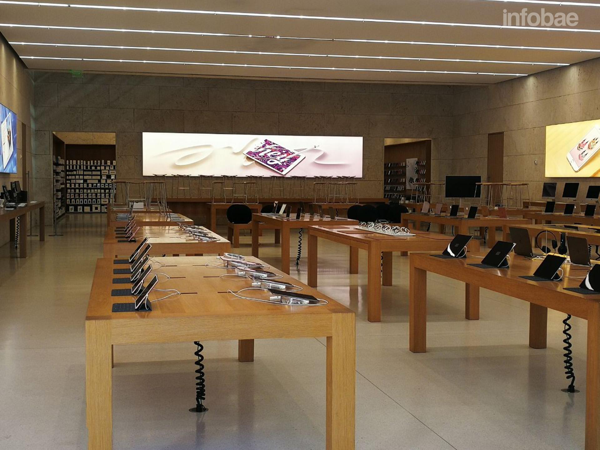El interior del Apple Store que suele albergar a decenas de personas a toda hora, cerrado (Infobae)