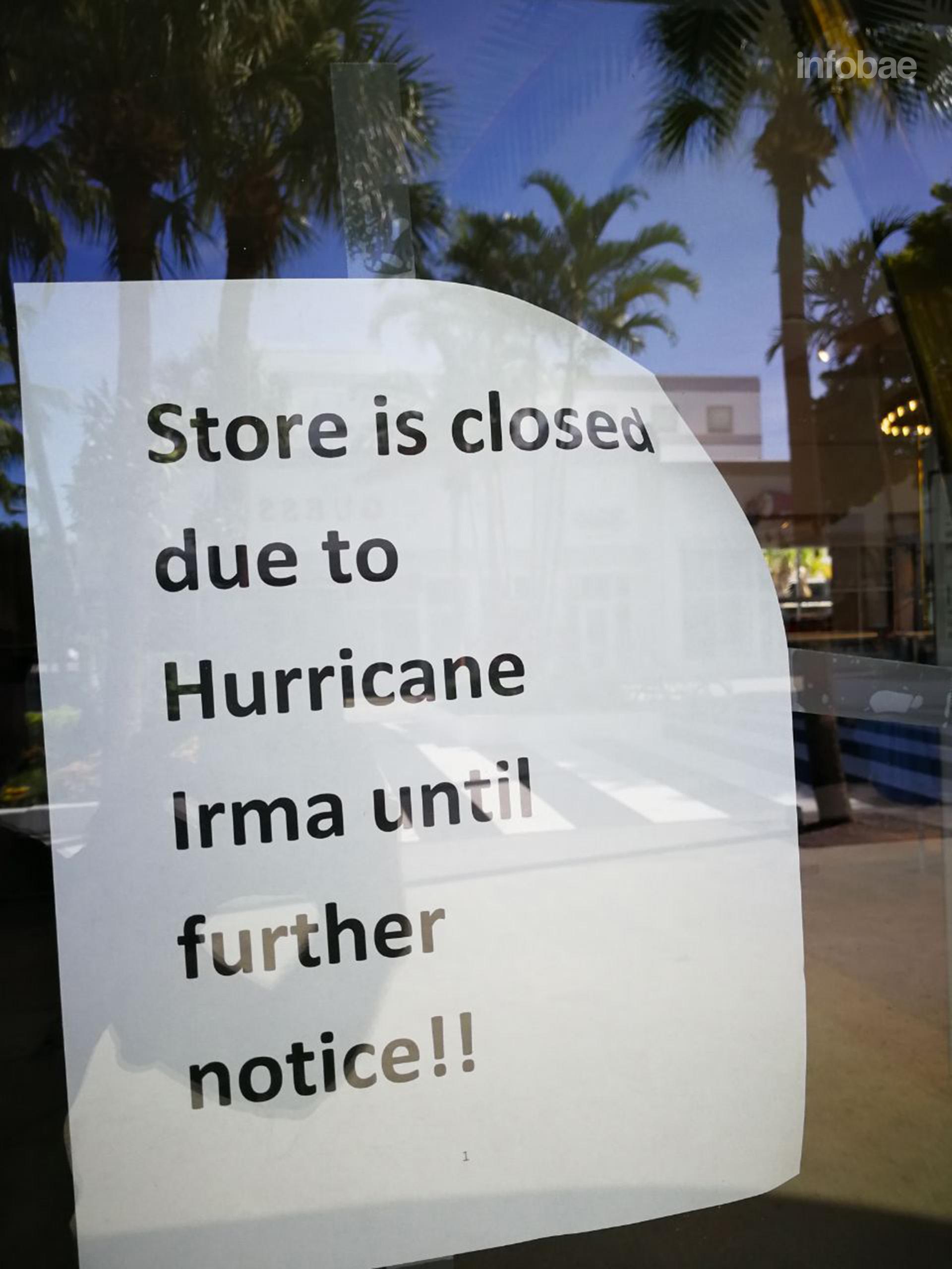 """""""Cerrado hasta nuevo aviso por el huracán Irma"""", el cartel informativo en la puerta del comercio de H&M (Infobae)"""