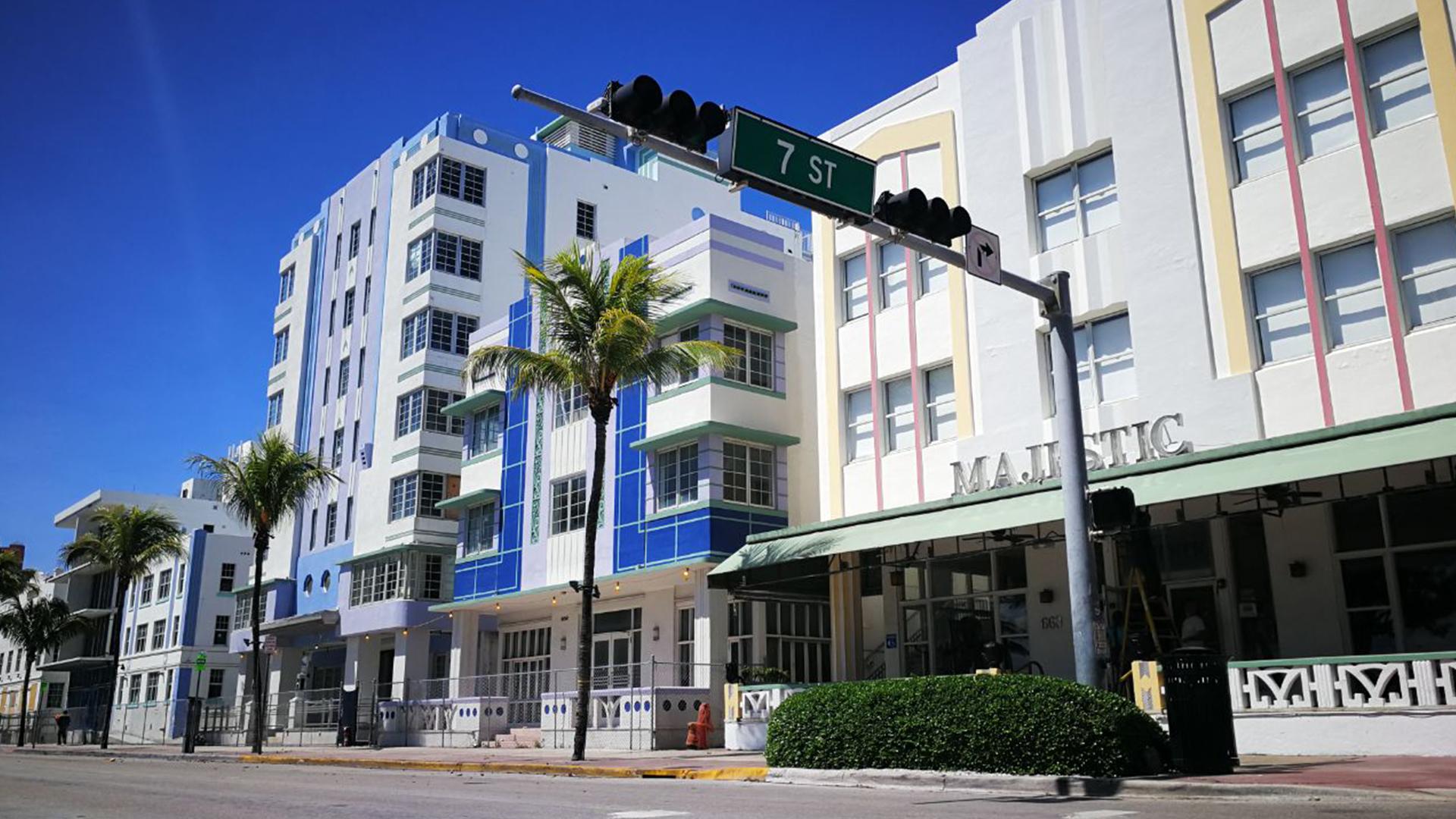 Ocean Drive, otra de las tradicionales arterias de Miami. Nadie a la vista, todo el mundo en refugios (Infobae)