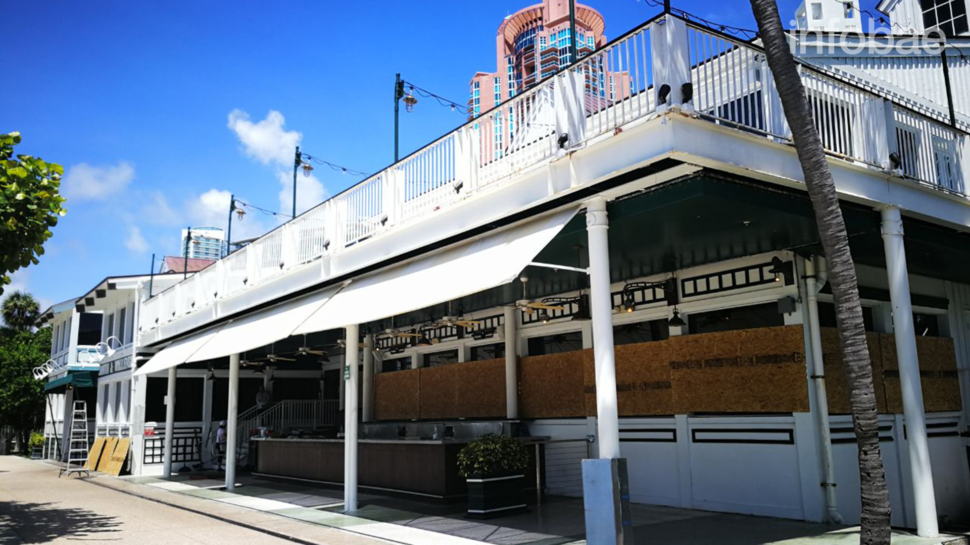 Locales en South Point, Miami. Los locales gastronómicos ya cerraron sus puertas y están preparados para afrontar el huracán Irma (Infobae)